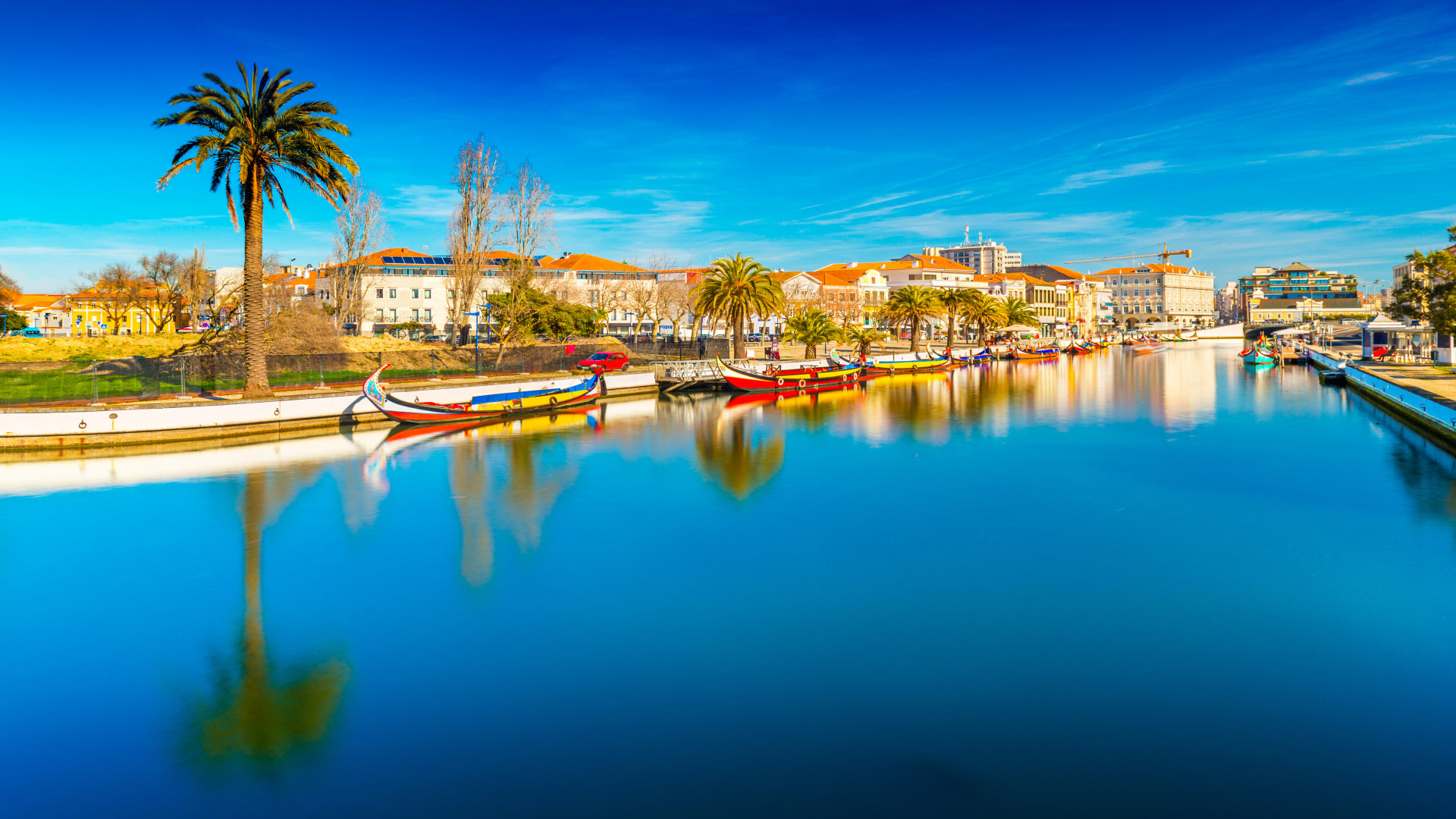 Uitzicht op het stadje Aveiro met op voorgrond rivier met kleurrijke bootjes, Aveiro, Portugal