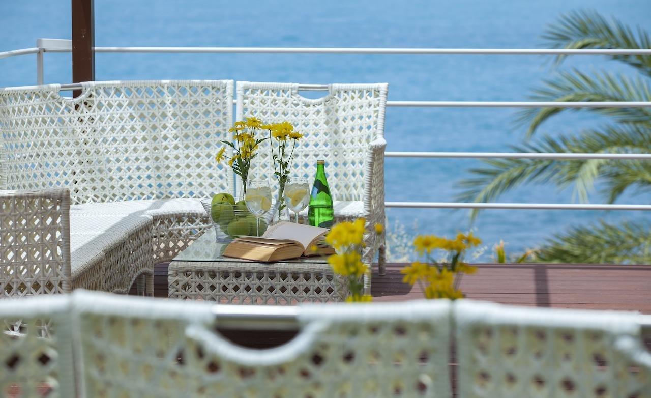 Queens Bay Hotel Cyprus terrasje met boek