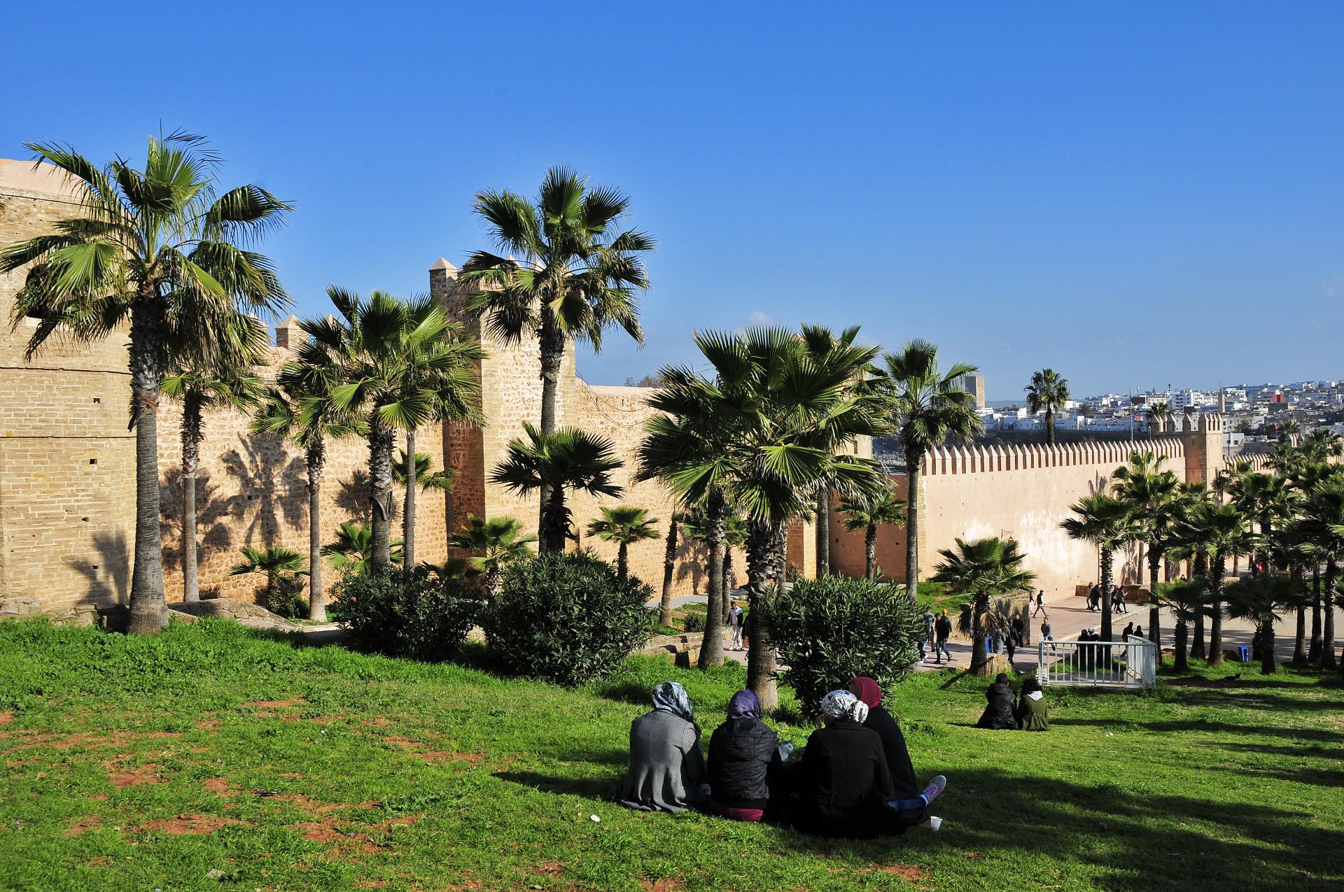 Msenen op grasveld voor Kasbah Oudaya, Rabat, Marokko