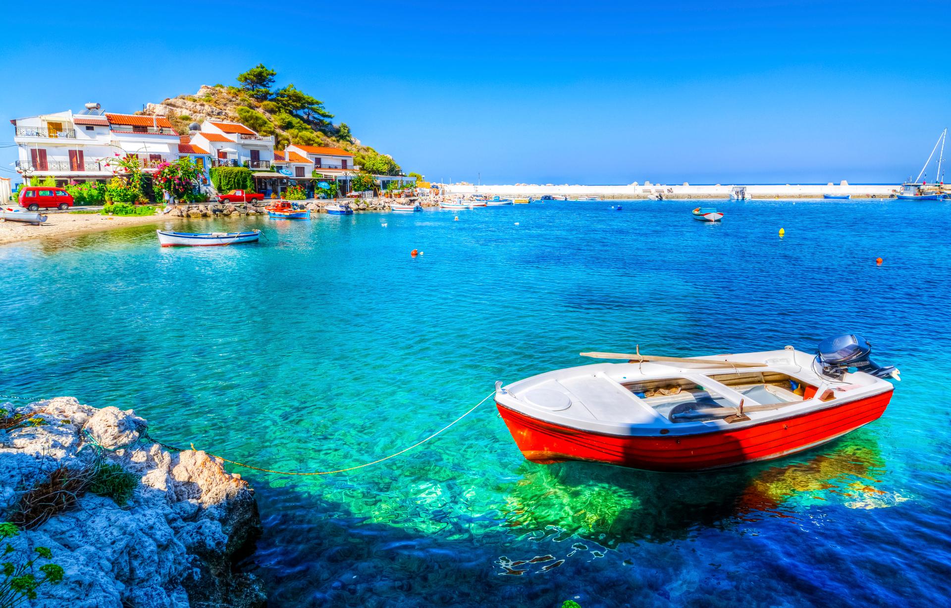 Kokkari strand met helderblauw water en een baaitje met bootjes