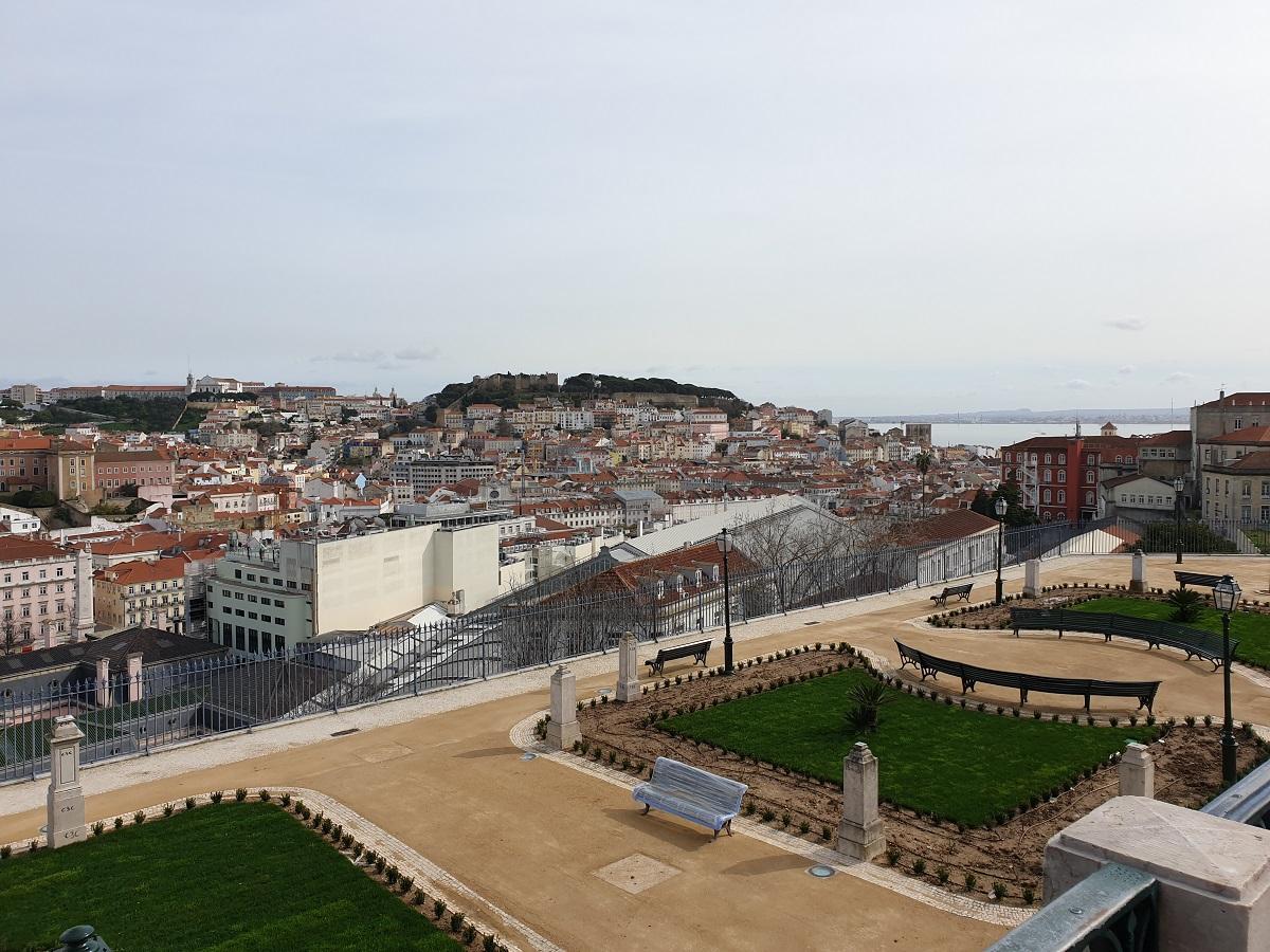 Vanaf één van de zeven heuvels heb je een mooi uitzicht over de stad Lissabon en de rivier de Taag