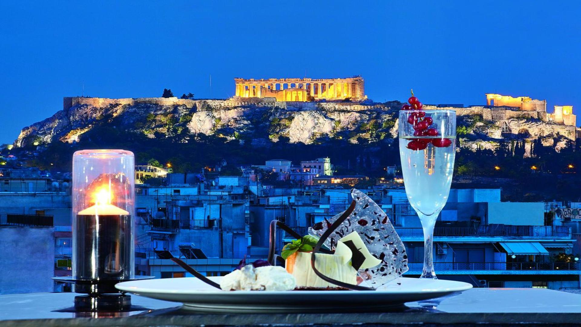 Tafeltje in restaurant met de Acropolis op de achtergrond, Athene, Griekenland