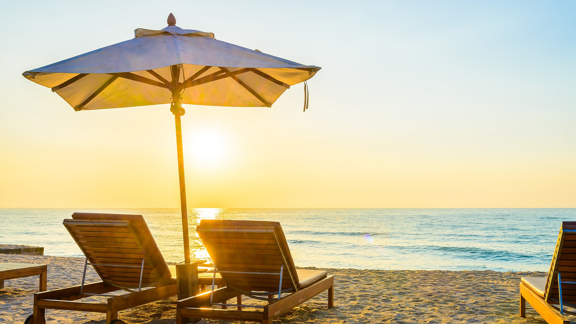 Strandbed met ondergaande zon