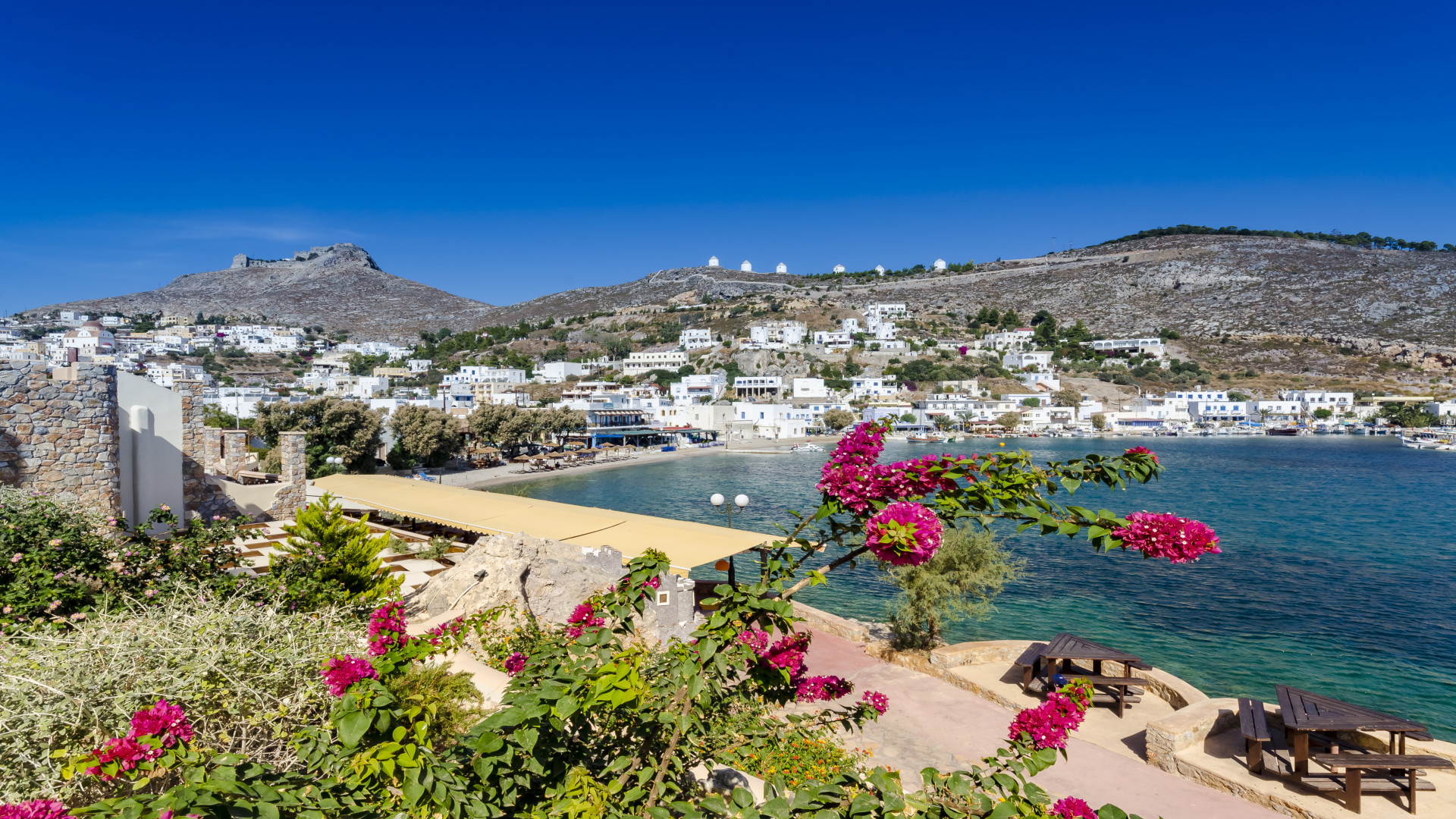 Panteli village met bloemen op de voorgrond, Leros, Griekenland