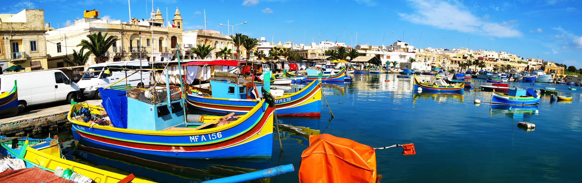 Haven Marsaxlokk met kleurrijke luzzo bootjes, Marsaxlokk, Malta