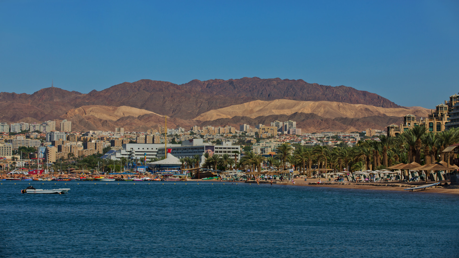Uitzicht op Eilat met zee op de voorgrond en bergen op de achtergrond, Israël