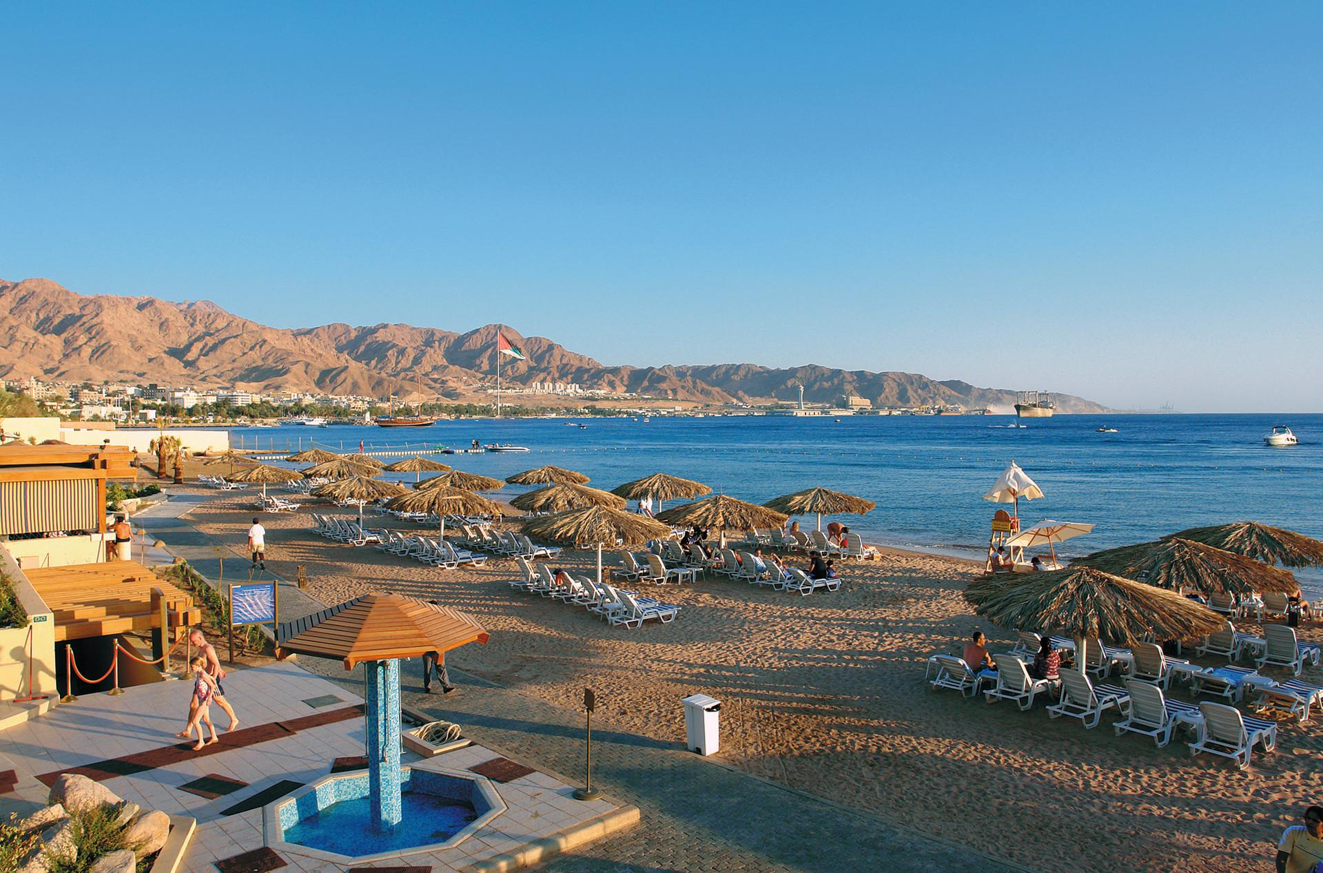 Strand Aqaba met bergen op de achtergrond, Aqaba, Jordanië