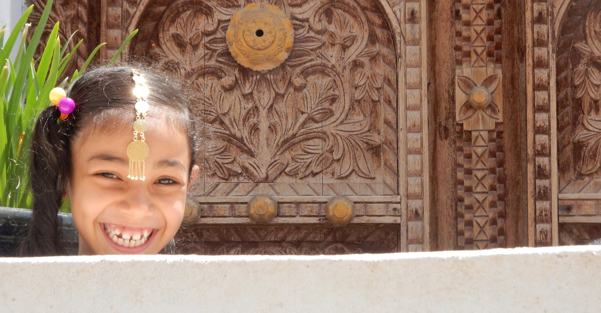 Lachend Omani meisje