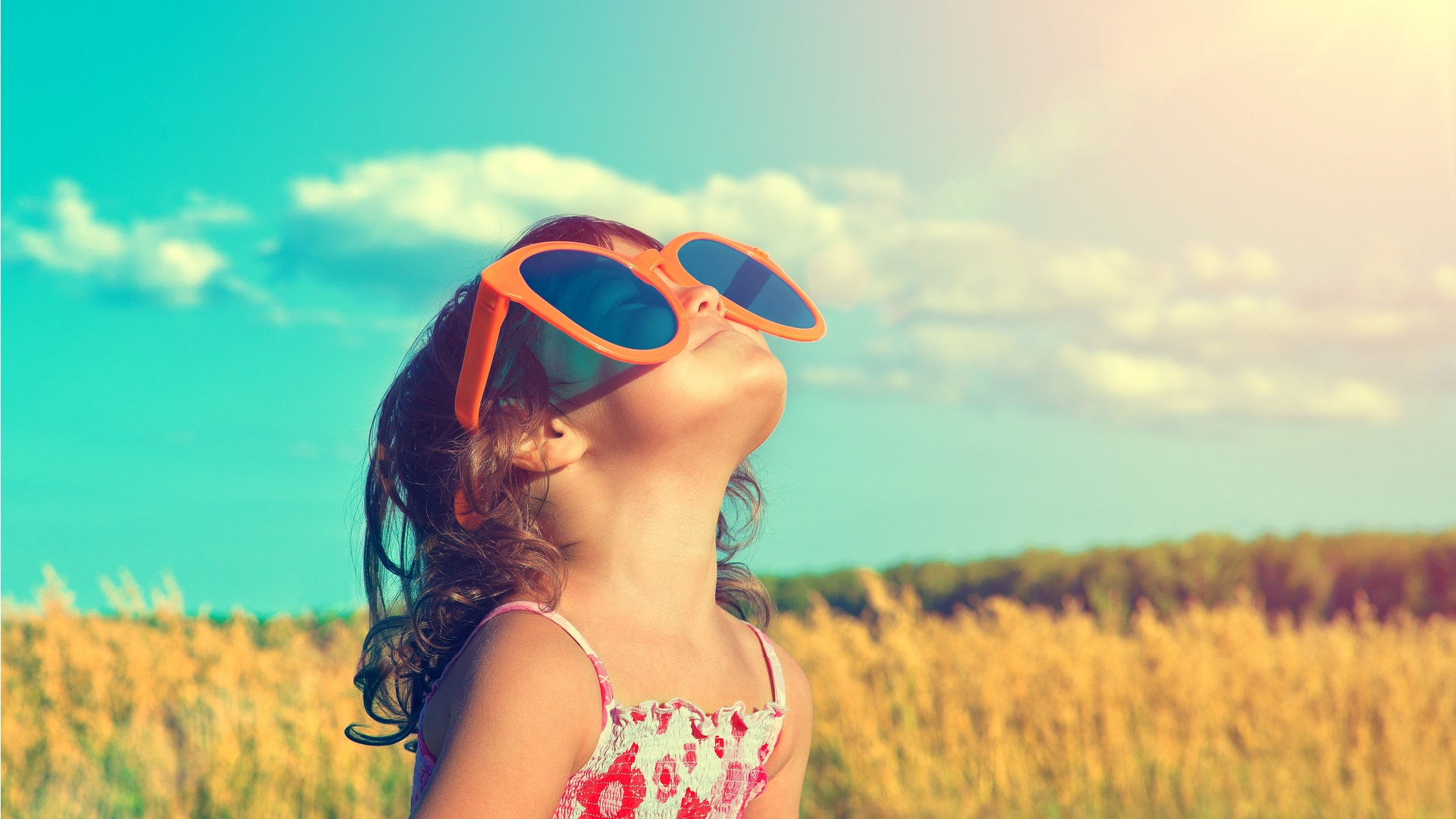 Meisje met grote zonnebril