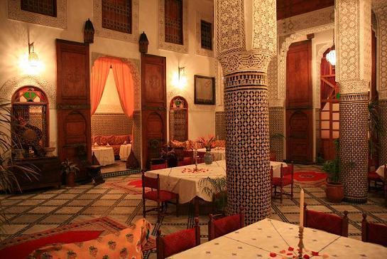 Genieten van een typische Marokkaanse maaltijd