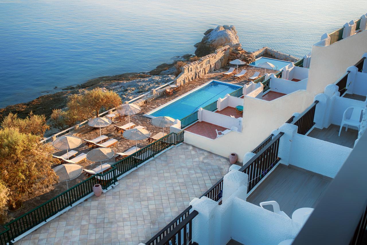 De prachtige ligging aan zee van hotel Cavos Bay op Ikaria