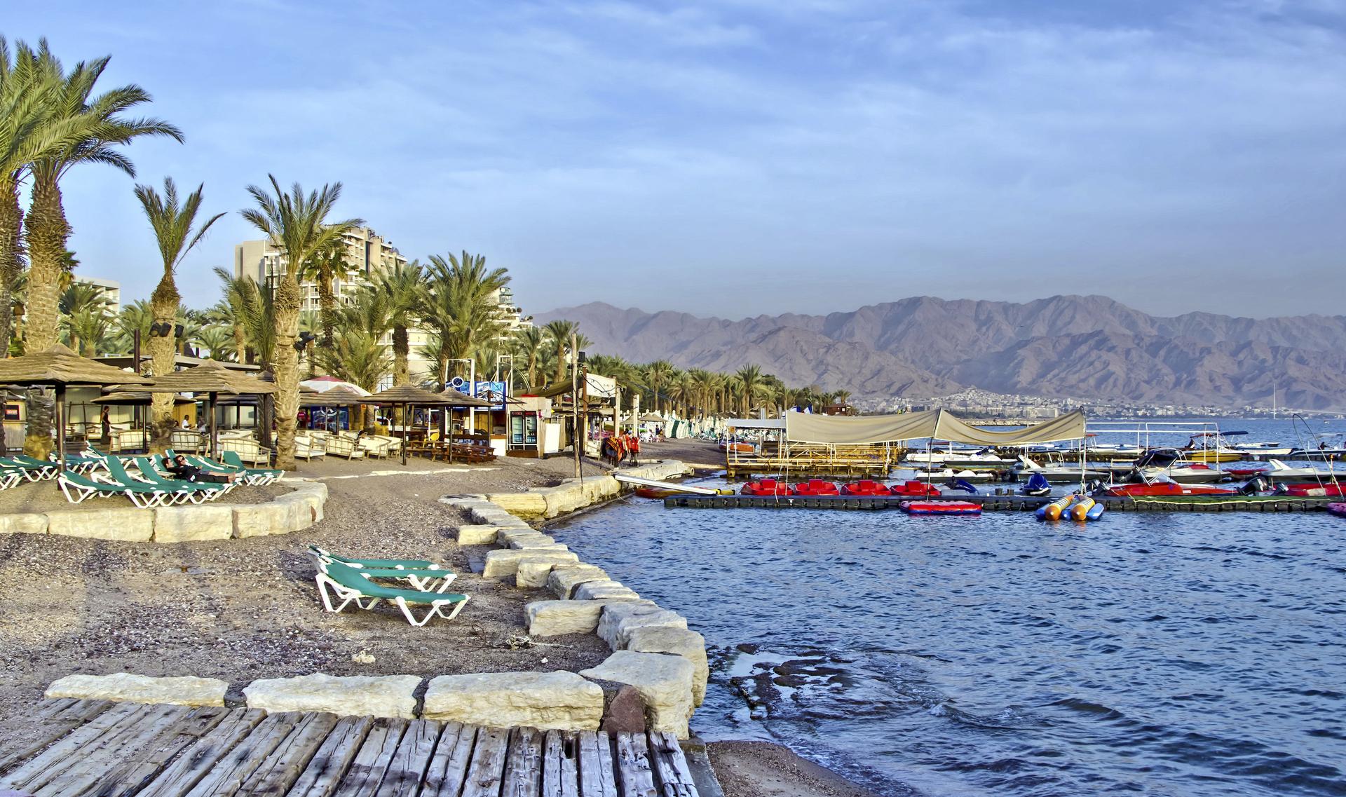 Noord strand met watersport activiteiten, Eilat, Israël