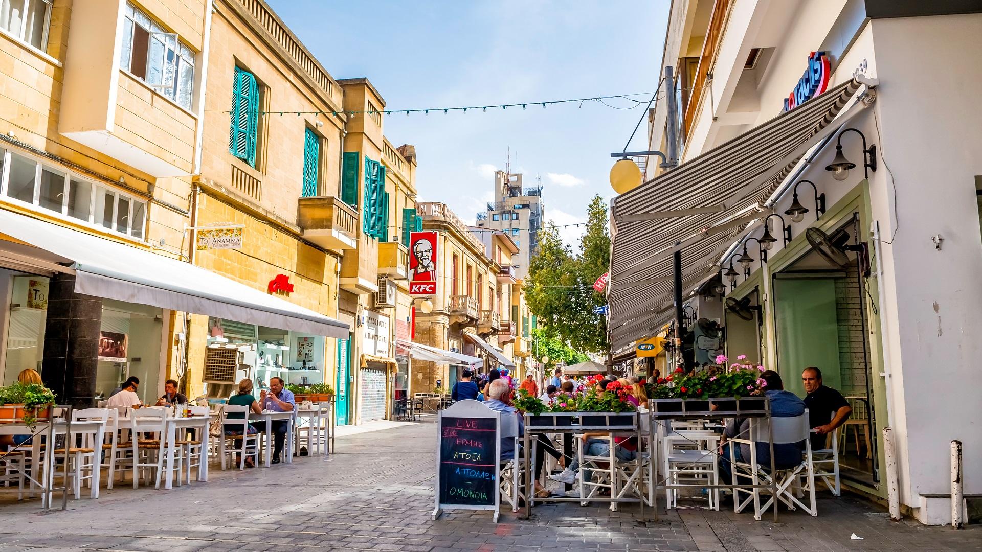 Zomerse straat in Nicosia, Cyrpus