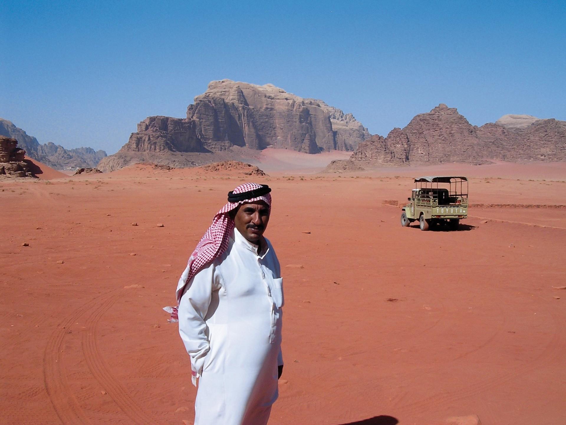 Jordanie Wadi Rum man met auto op achtergrond