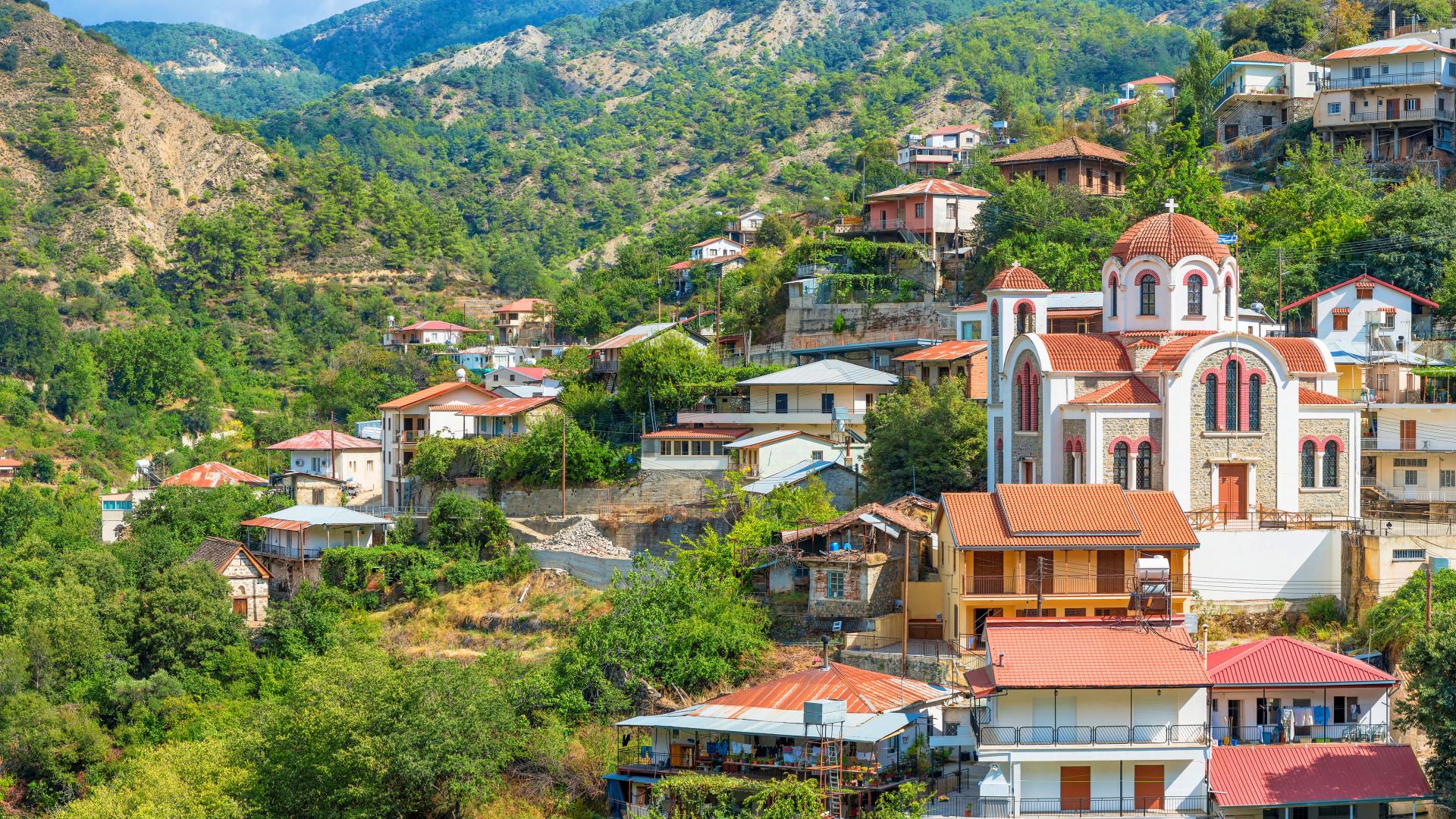 Uitzicht Moutoullas met huisjes op de heuvel, Troodosgebergte, Cyprus