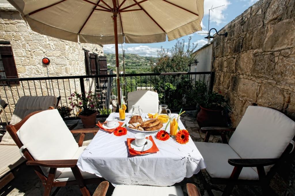 Leonidas Cyprus terrasje met parasol
