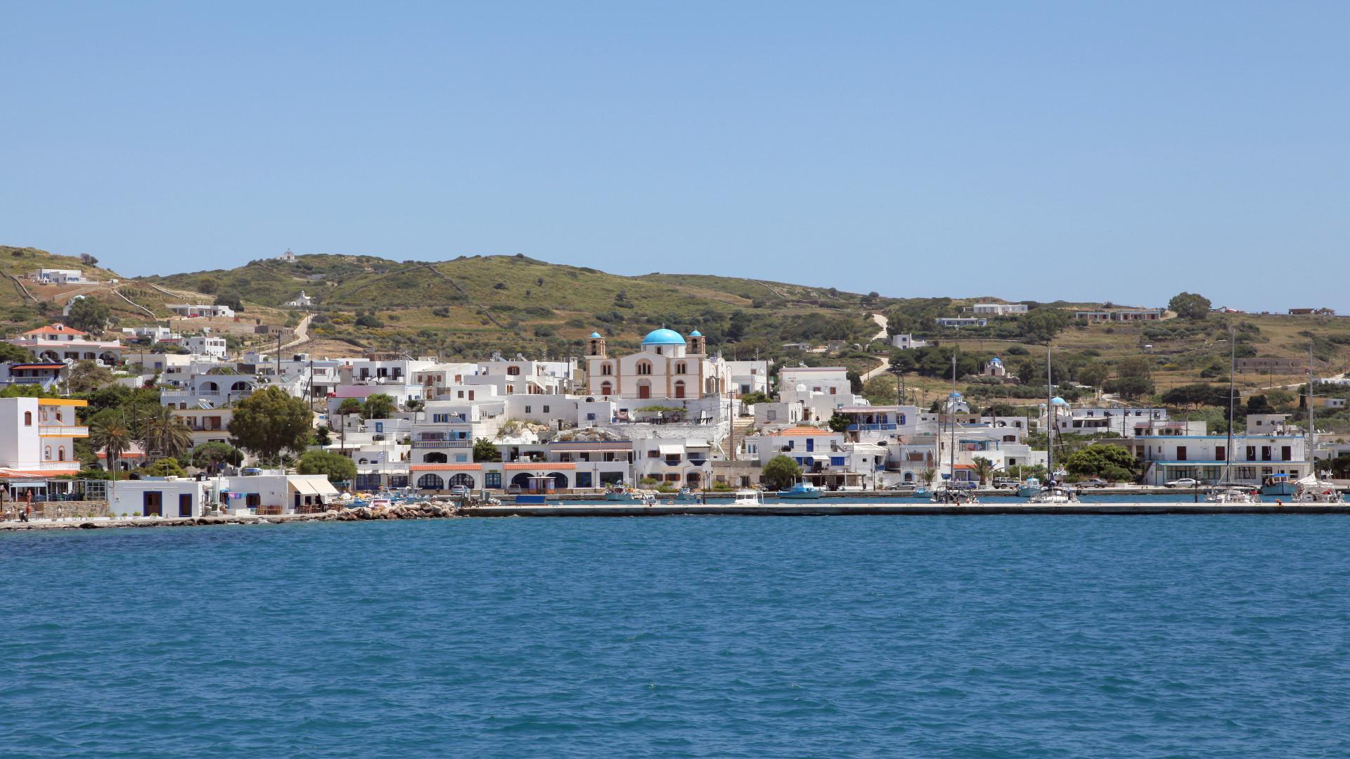 Haven, Lipsi, Griekenland, blauw water, groene heuvel met witte gebouwen
