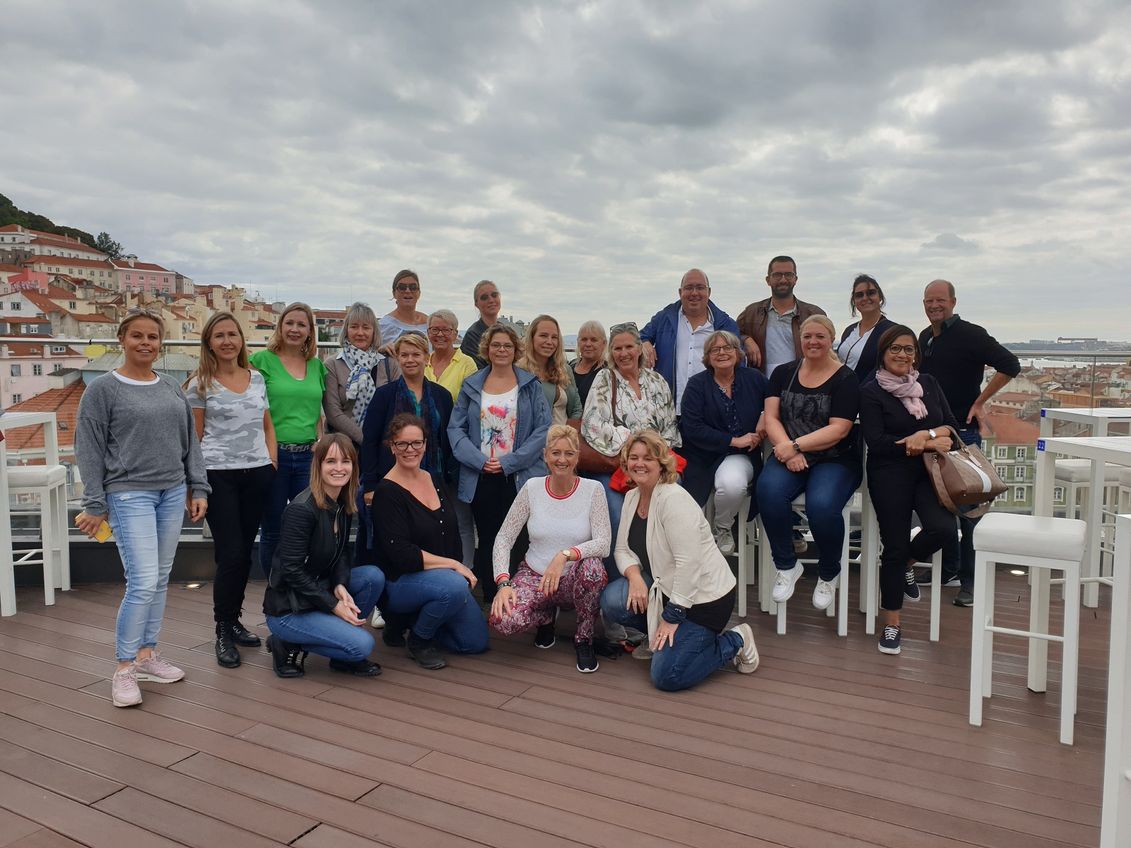 Groepsfoto op het dak van hotel Mundial in Lissabon, Portugal