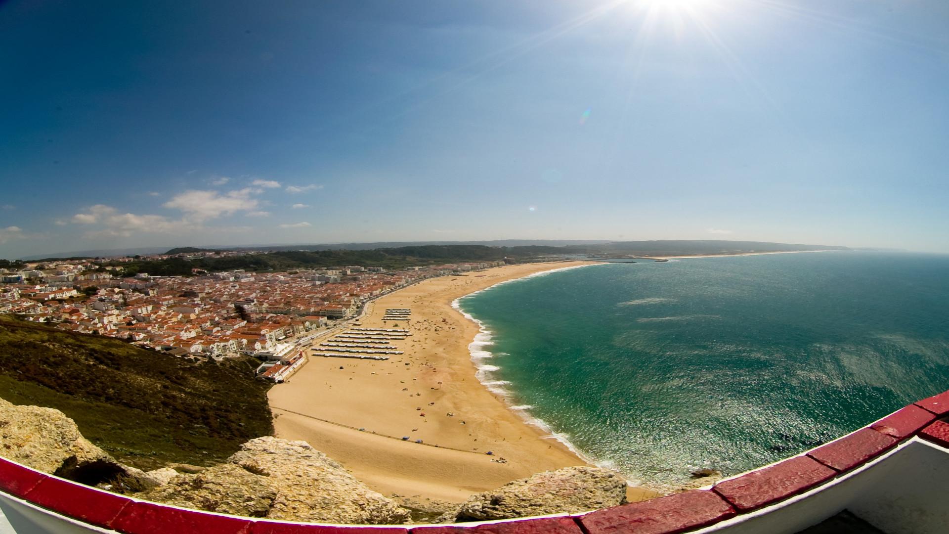 Uitzicht van bovenaf op strand Nazare, Portugal