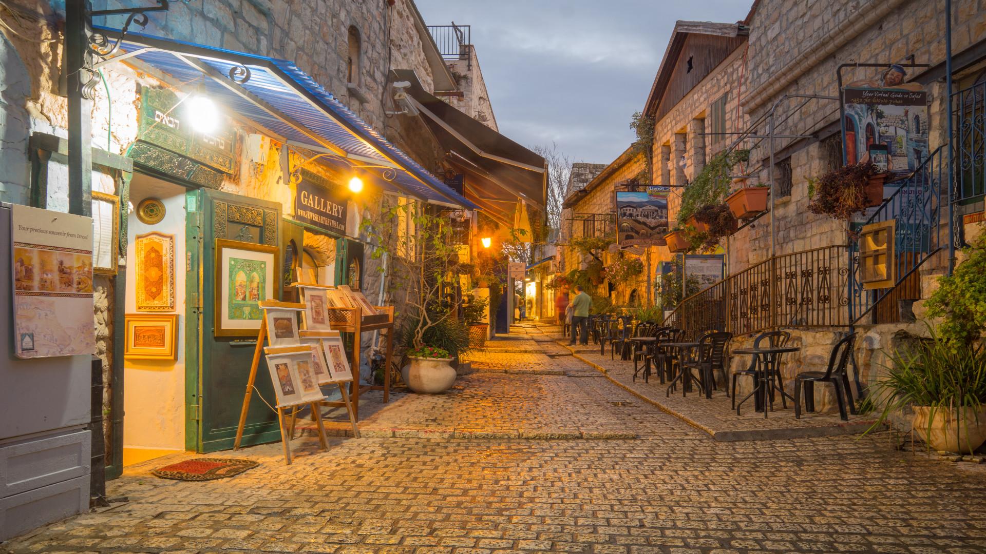 Verlicht straatje in Safed in bergen van Galilea, Noord Israël