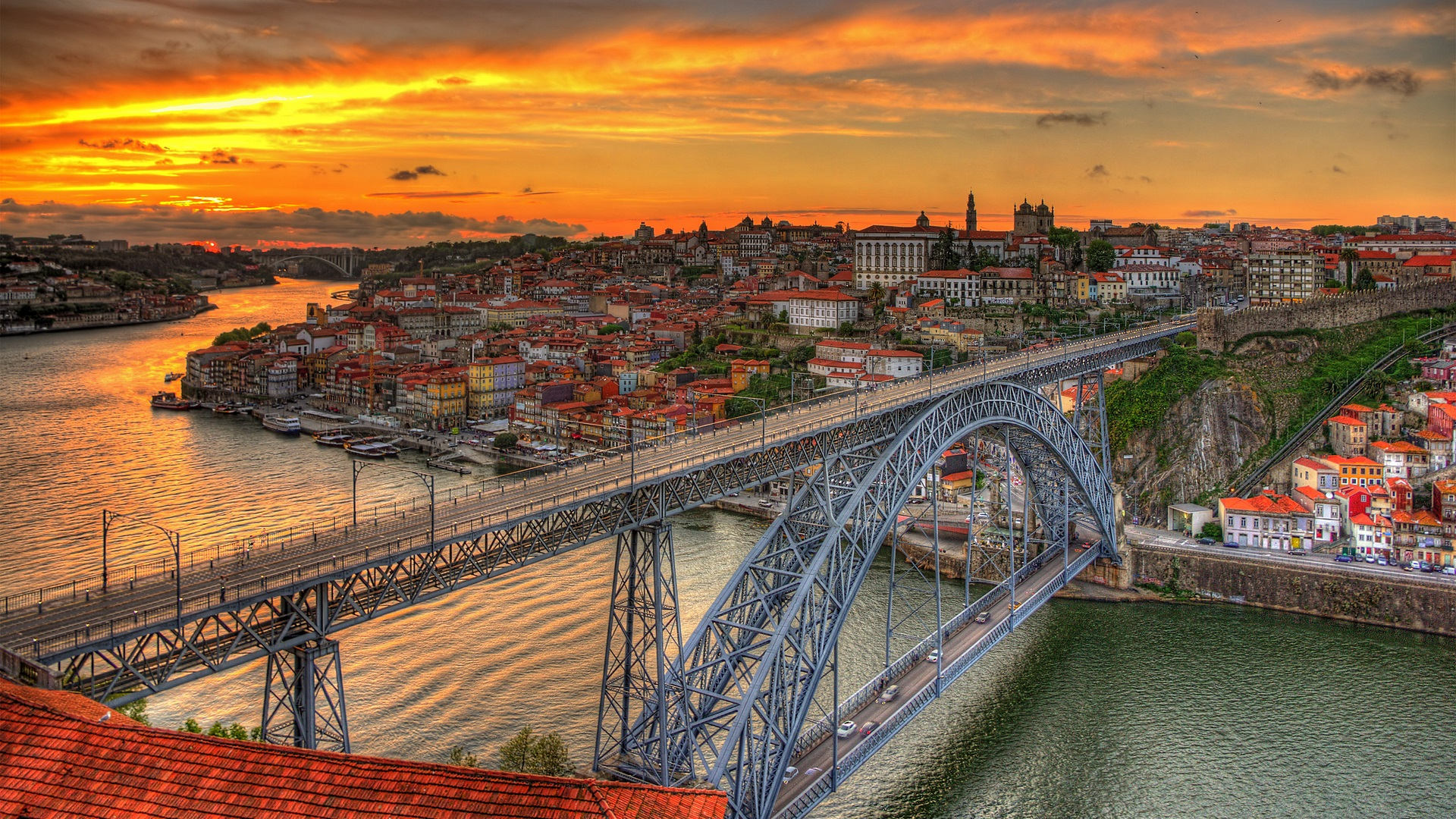 De brug over de rivier in Porto, Portugal