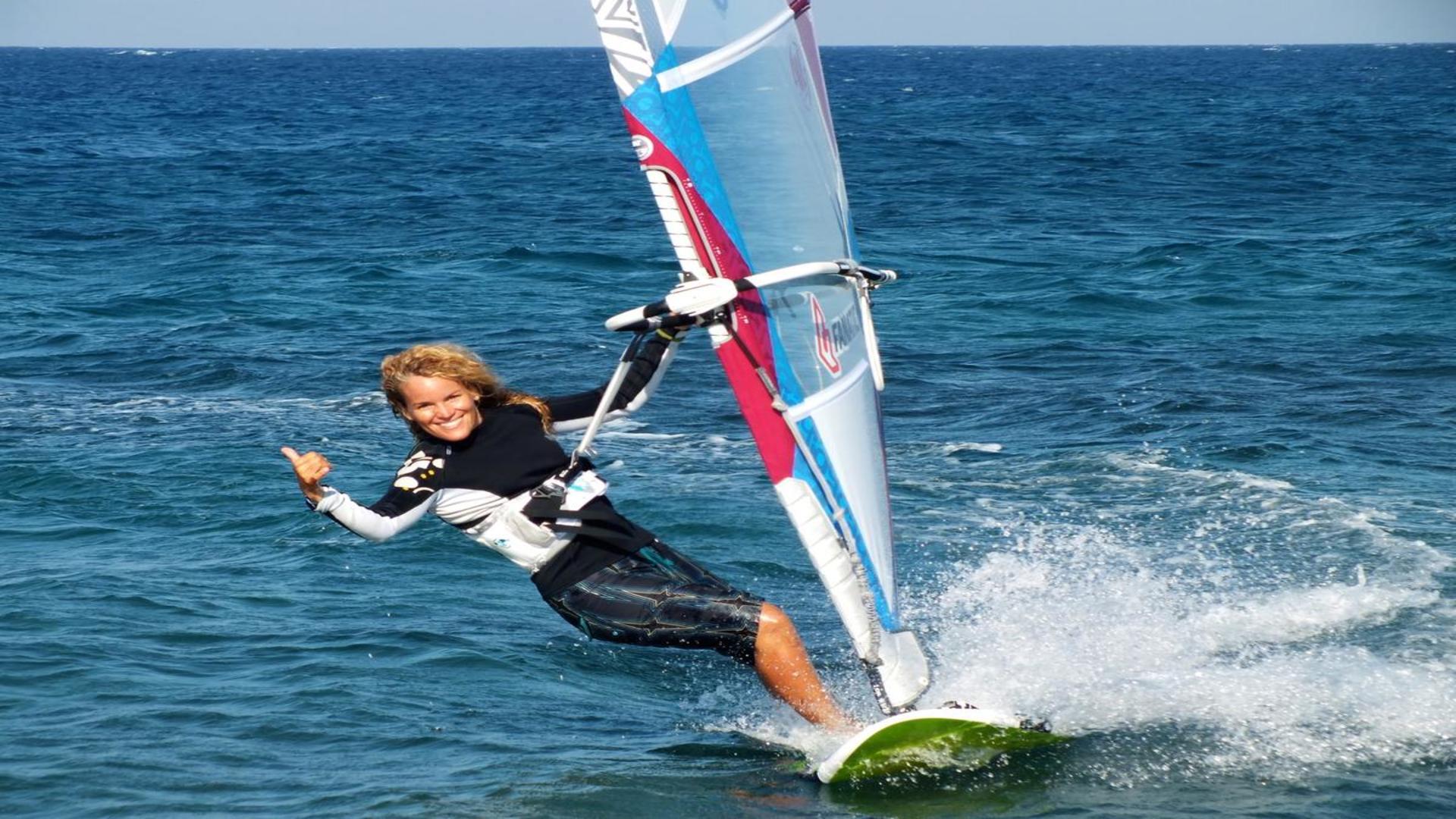 Surfen bij het strand van Ixia, Rhodos, Griekenland