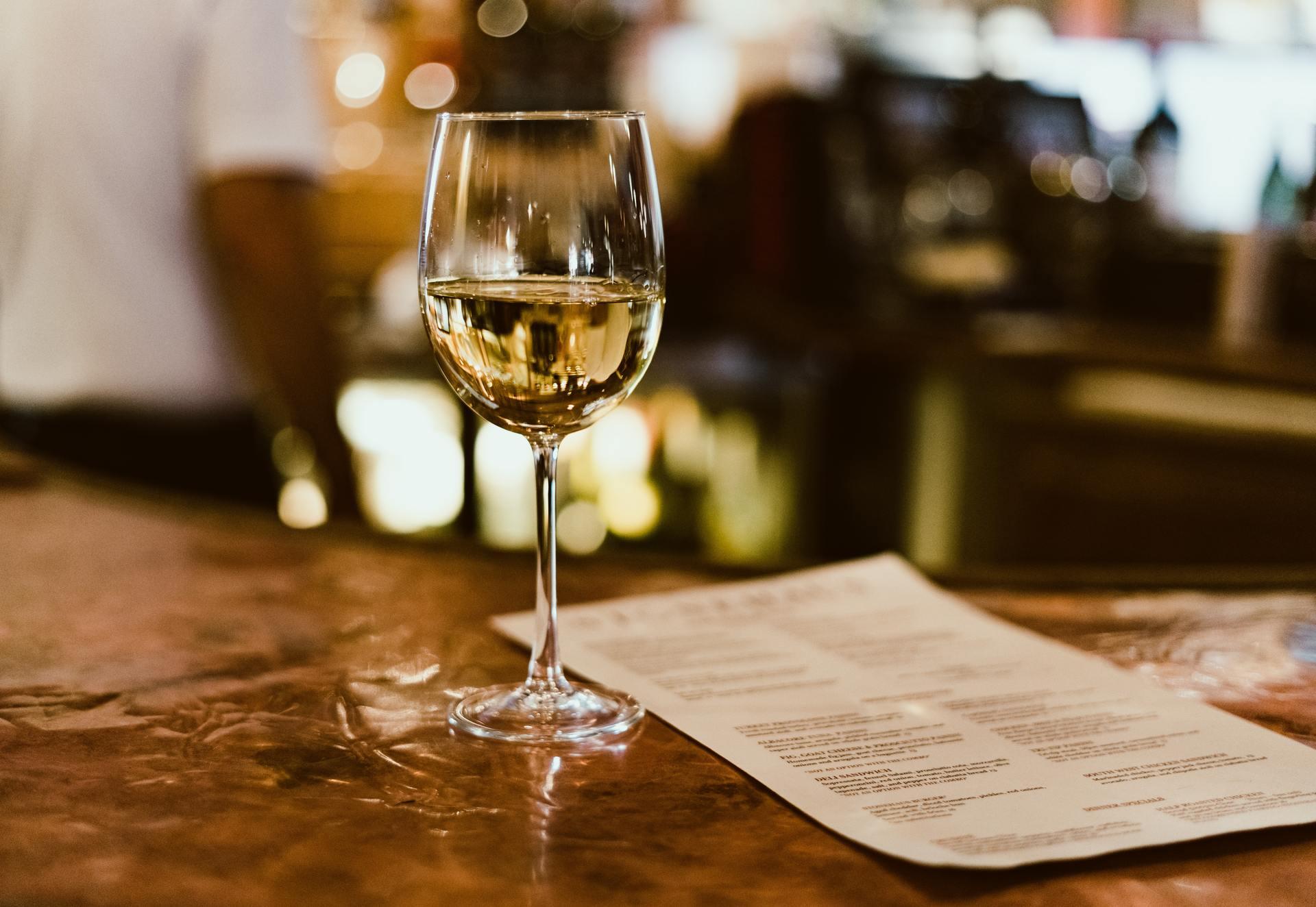 Een wijnglas met witte wijn