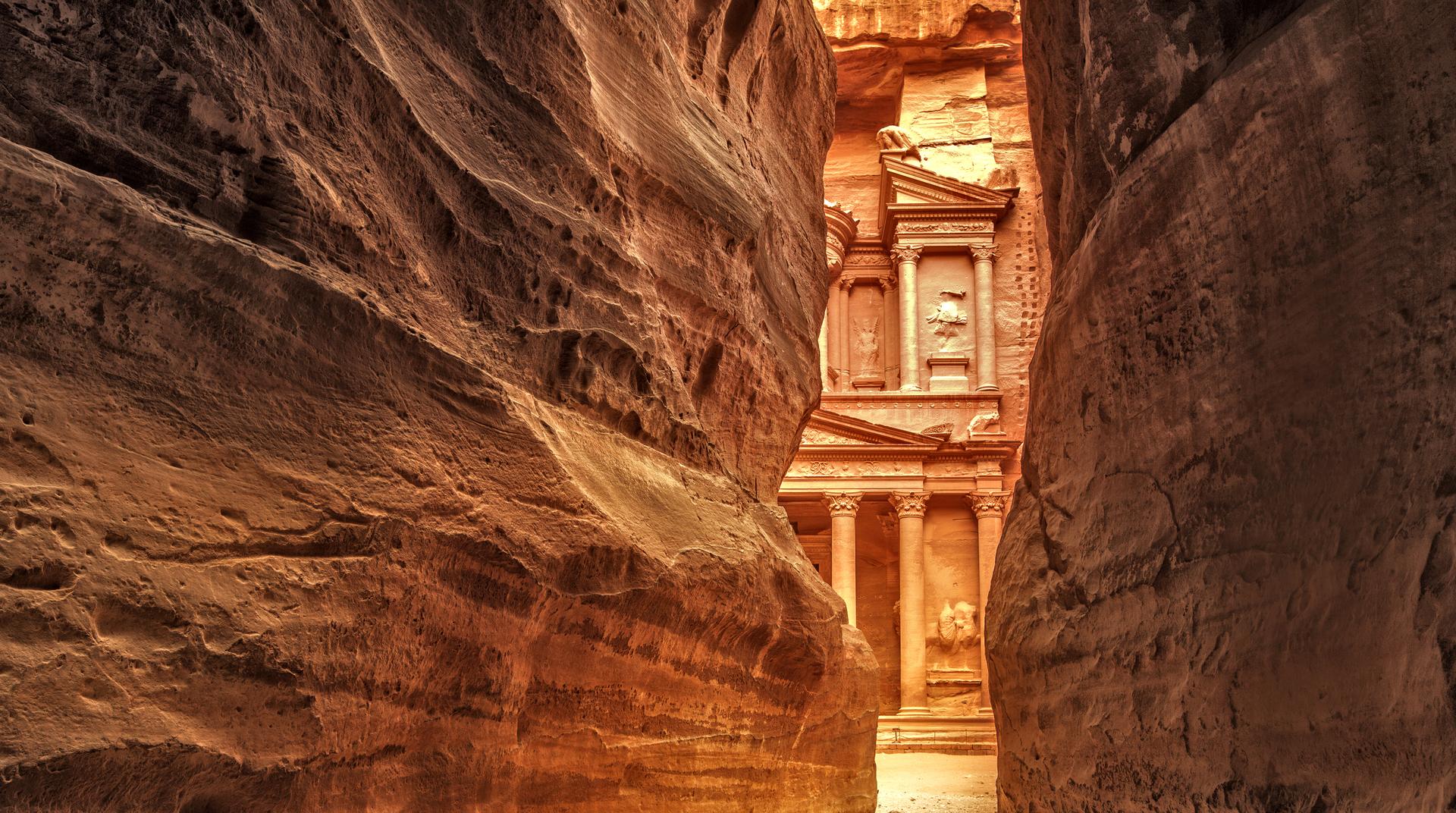 Uitzicht vanaf de Siq op de entree van de stad Petra, Al Khazneh, de schatkamer, Petra, Jordanië