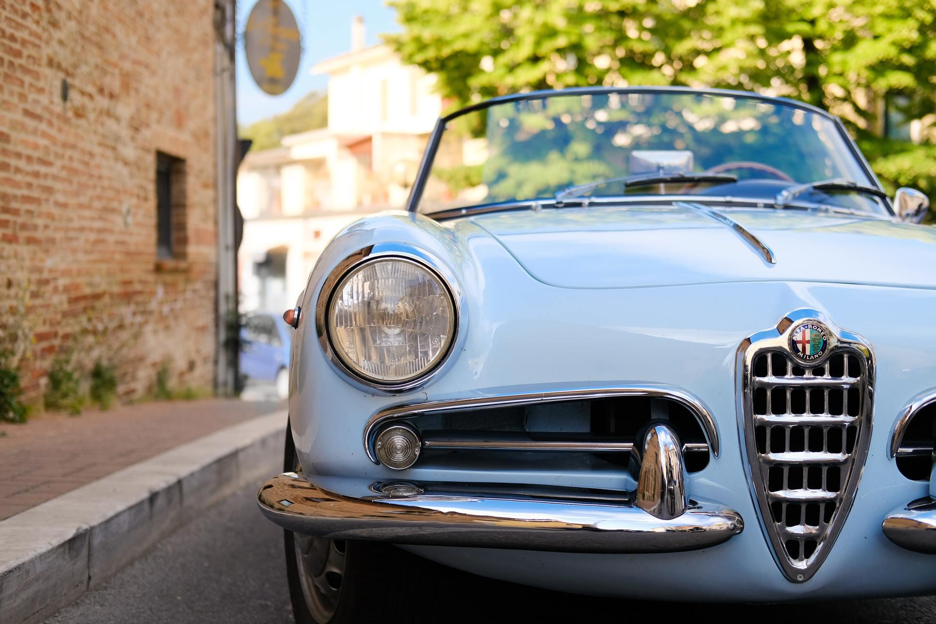 Een oude blauwe auto op straat