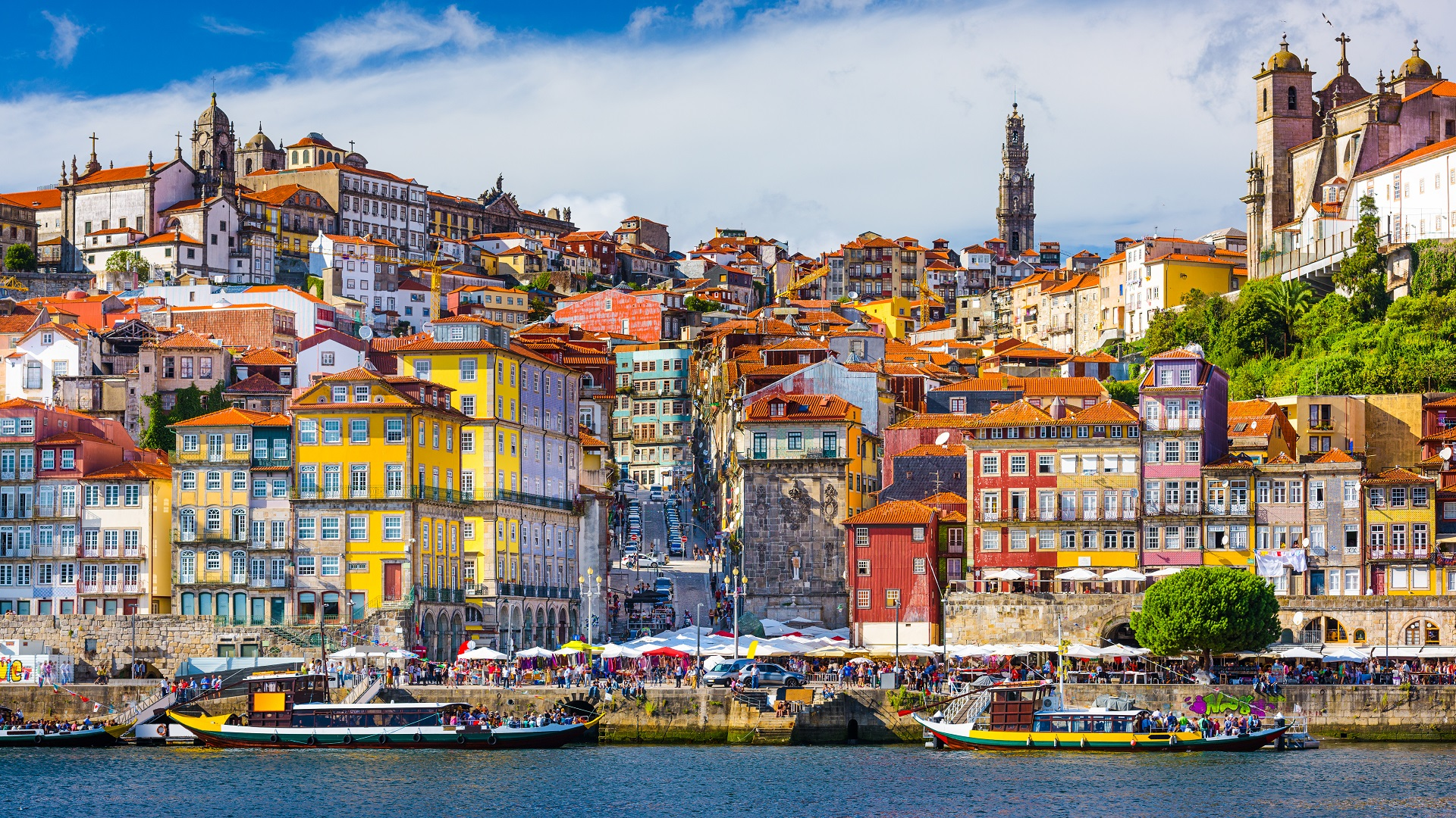 De prachtige, gekleurde huizen aan de kade van Porto
