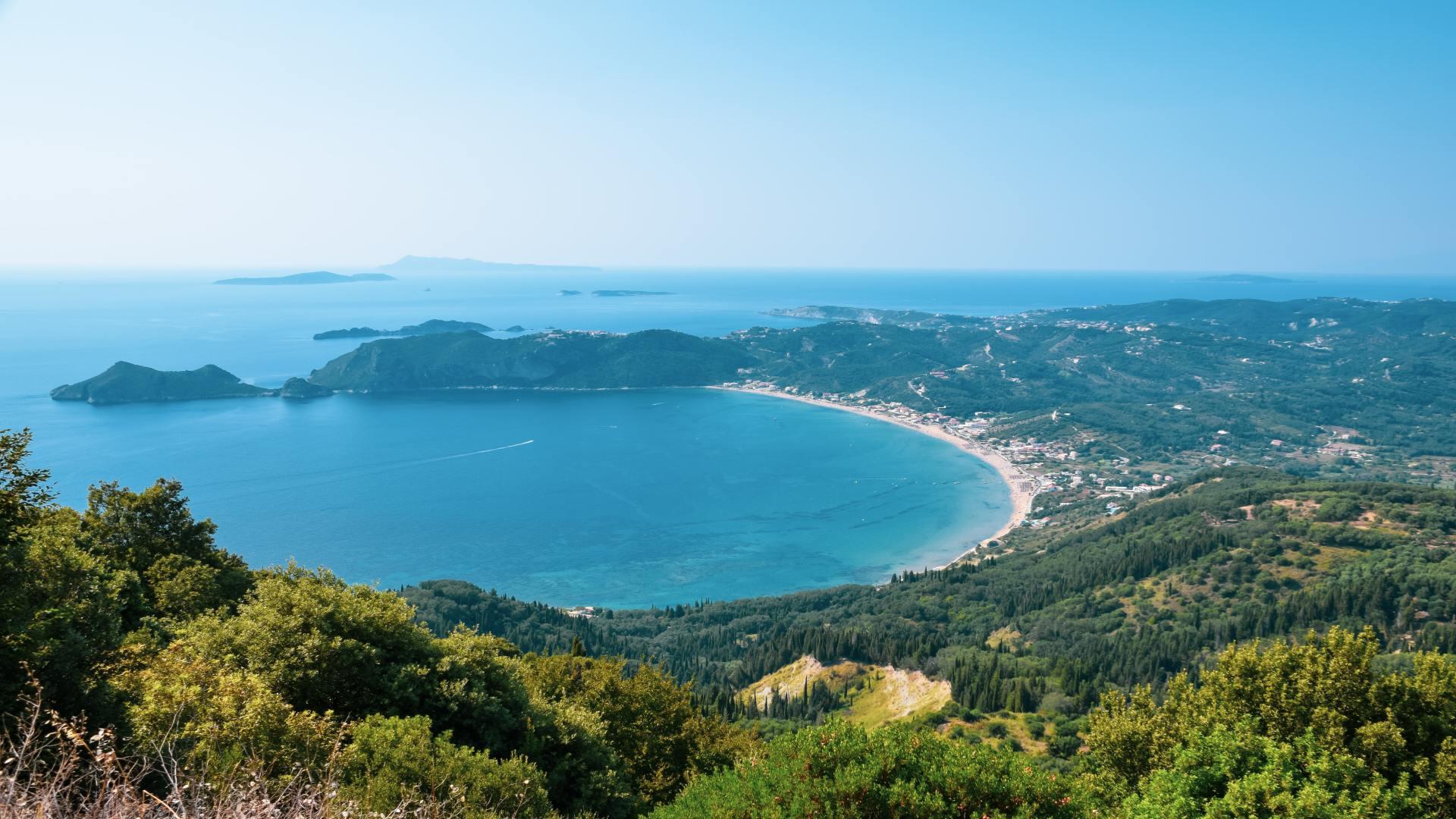 Corfu, Griekenland, blauwe zee en groene heuvels