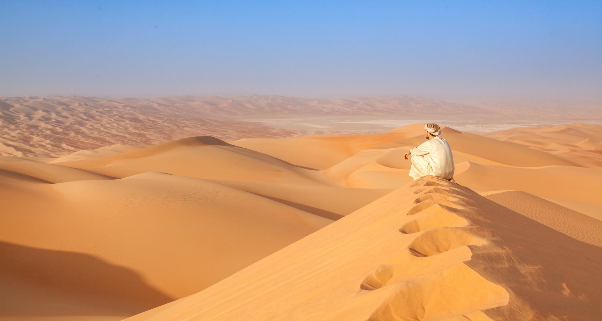 Man op duin in Oman