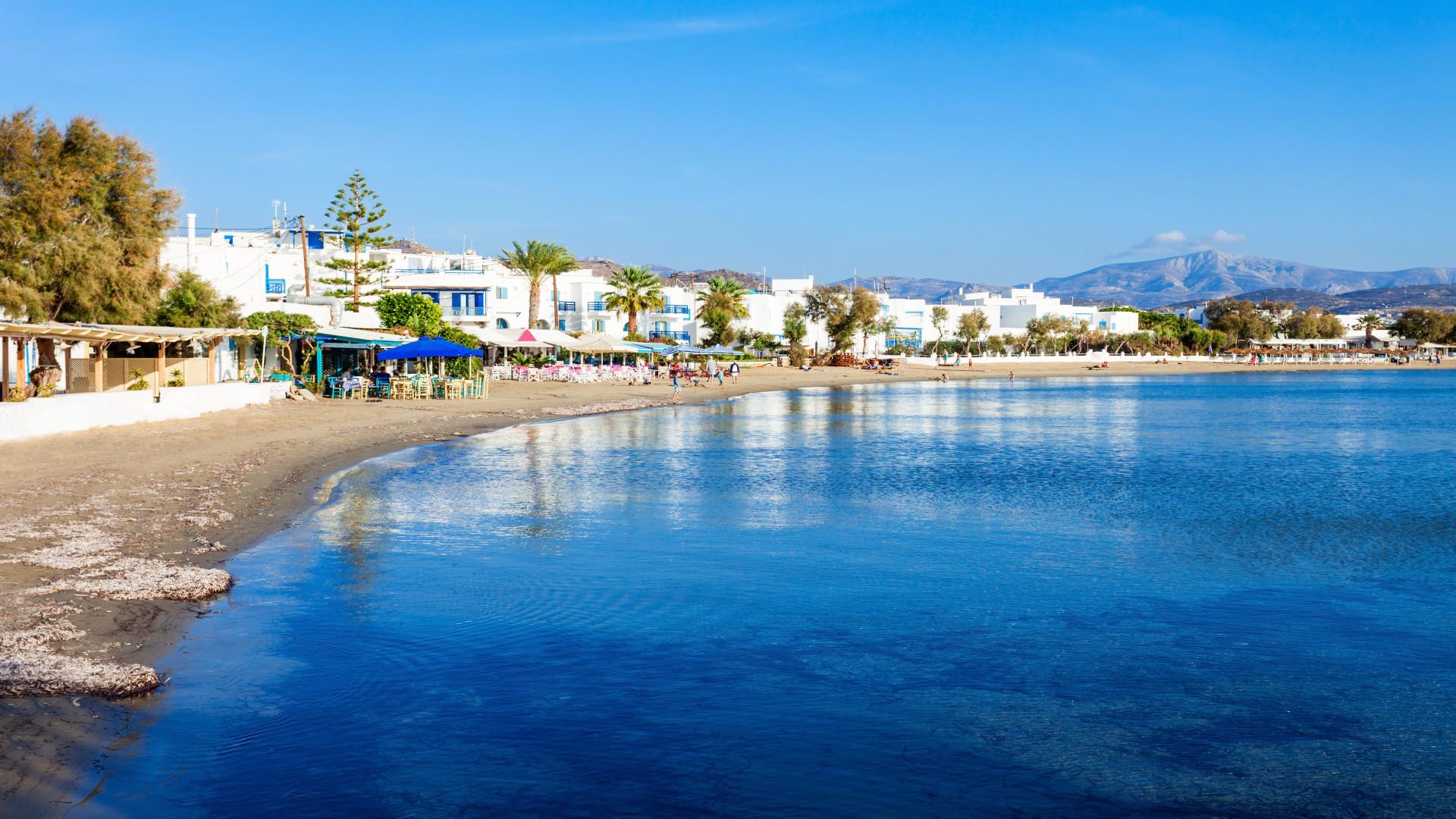 Agios Georgios Beach, Naxos, Griekenland, blauw water, strand, witte gebouwen