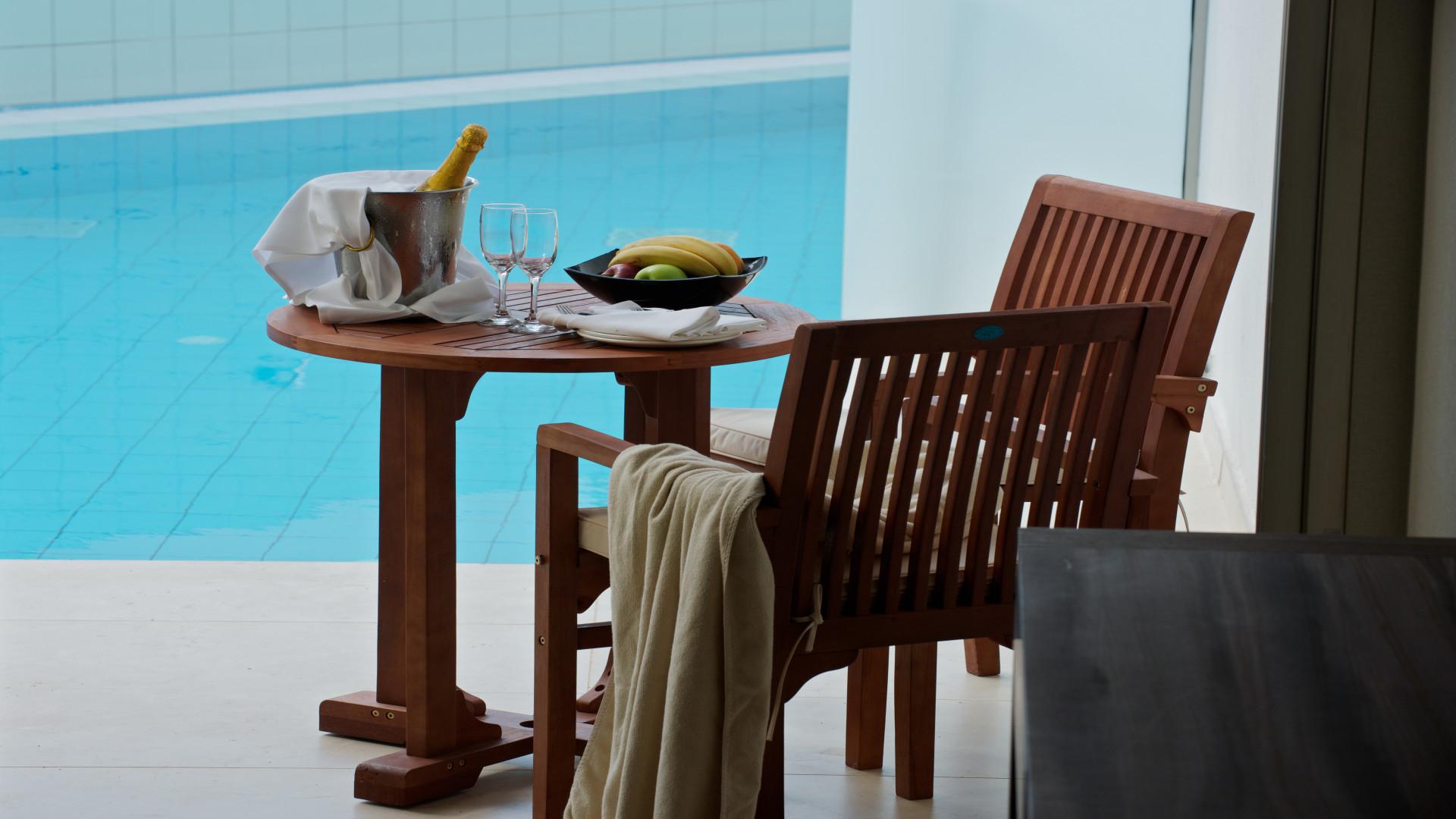 Terras van luxe kamer met privézwembad in Adams Beach hotel, Ayia Napa, Cyprus