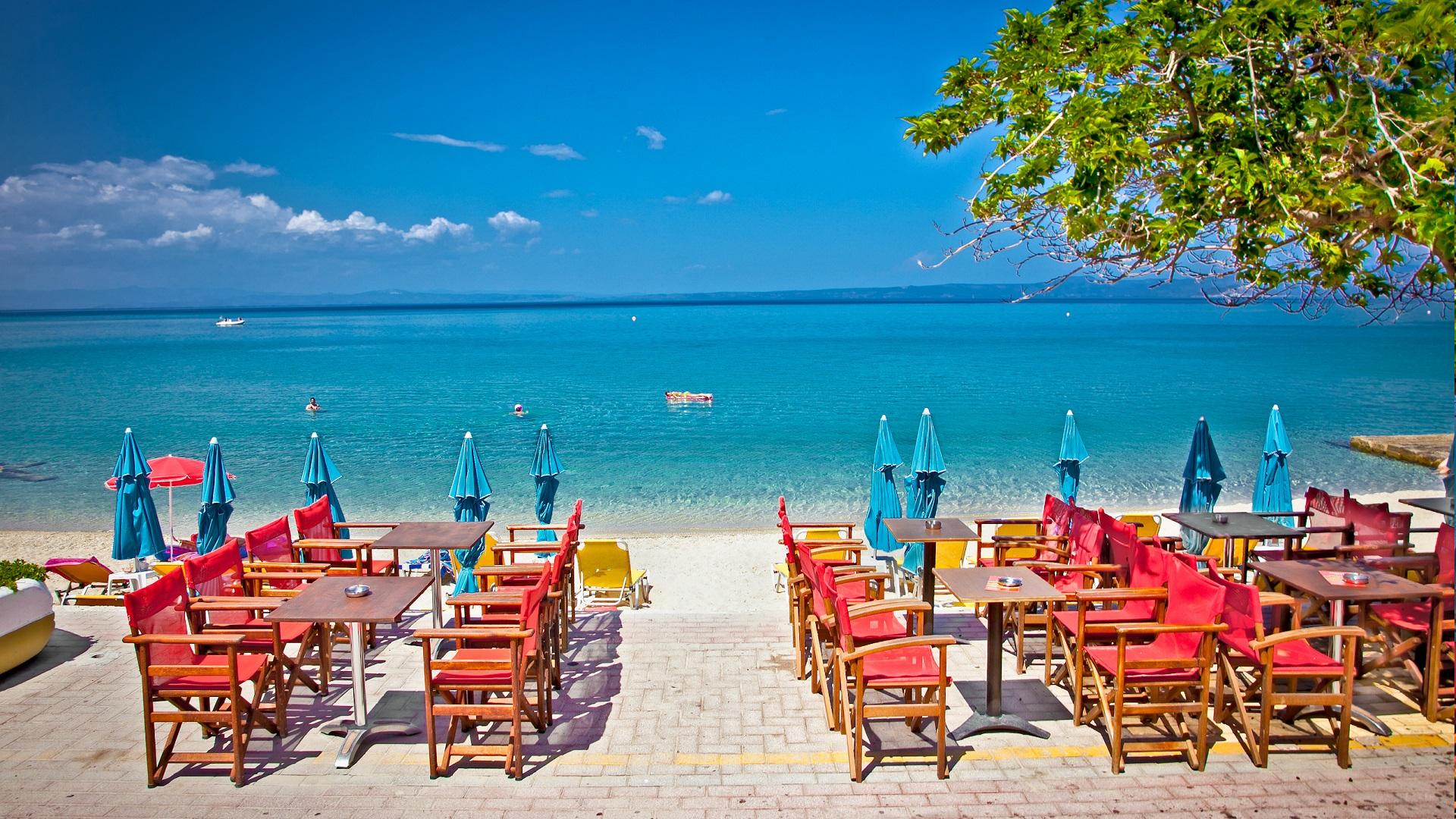 Een gezellig terrasje aan de prachtige blauwe zee