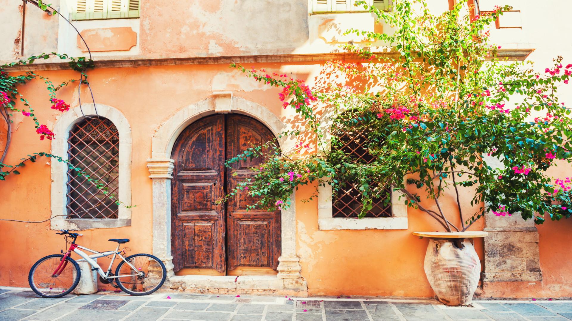Griekenland Kreta Couleur locale huis met oude deur, fiets en bougainville