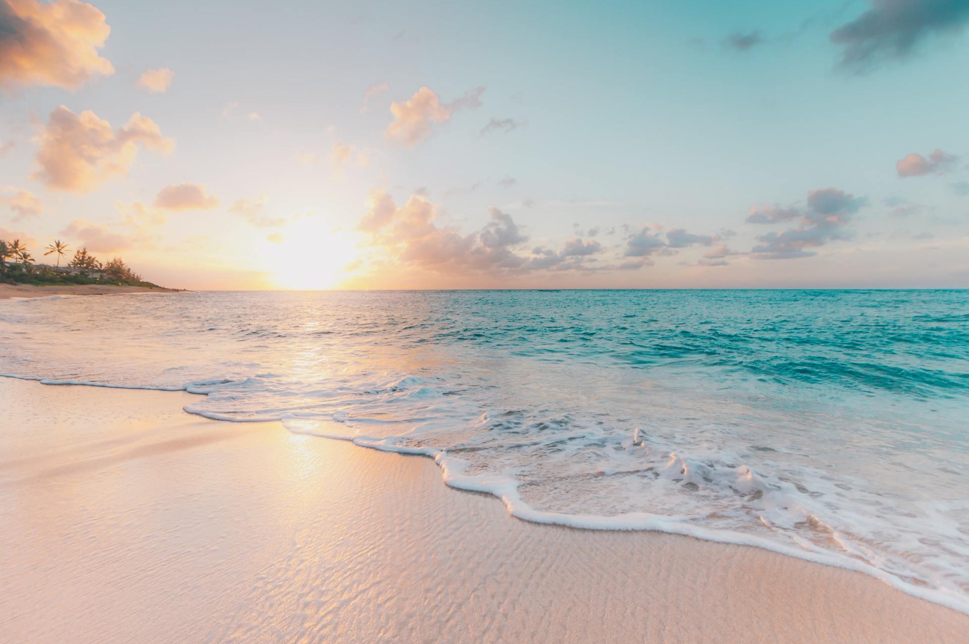 Blauw water, een heerlijk zandstrand en een ondergaande zon, wat wil je nog meer?