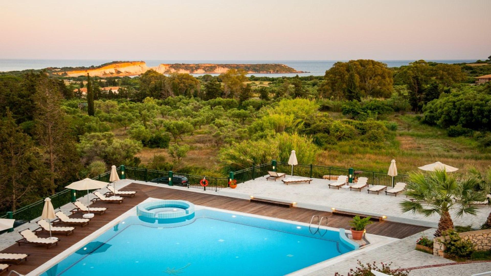 Zakynthos - Vassilikos - zwembad villa belvedere - groene omgeving, zee op de achtergrond