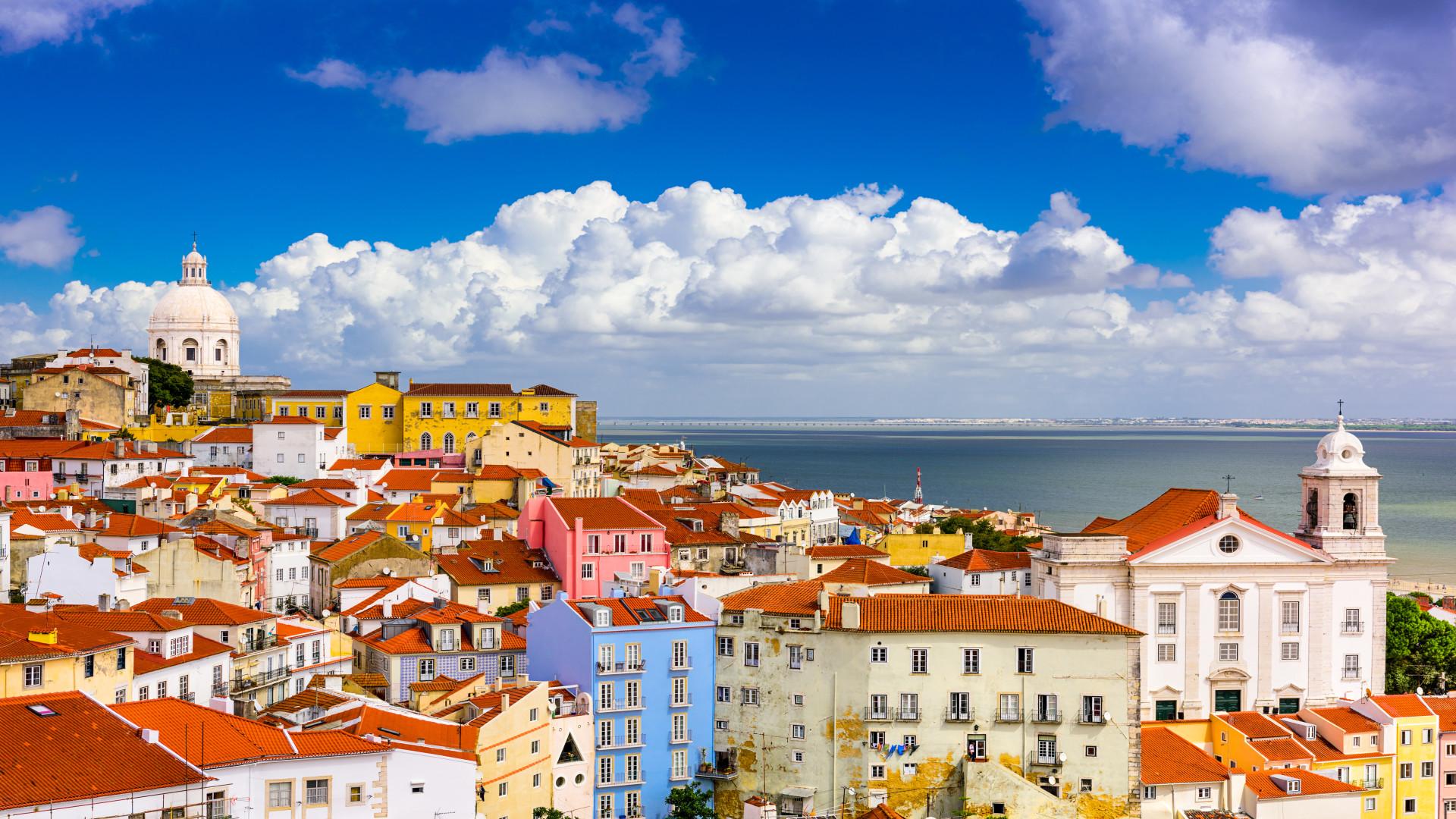Kleurrijk stadsgezicht Alfama, Lissabon, Portugal