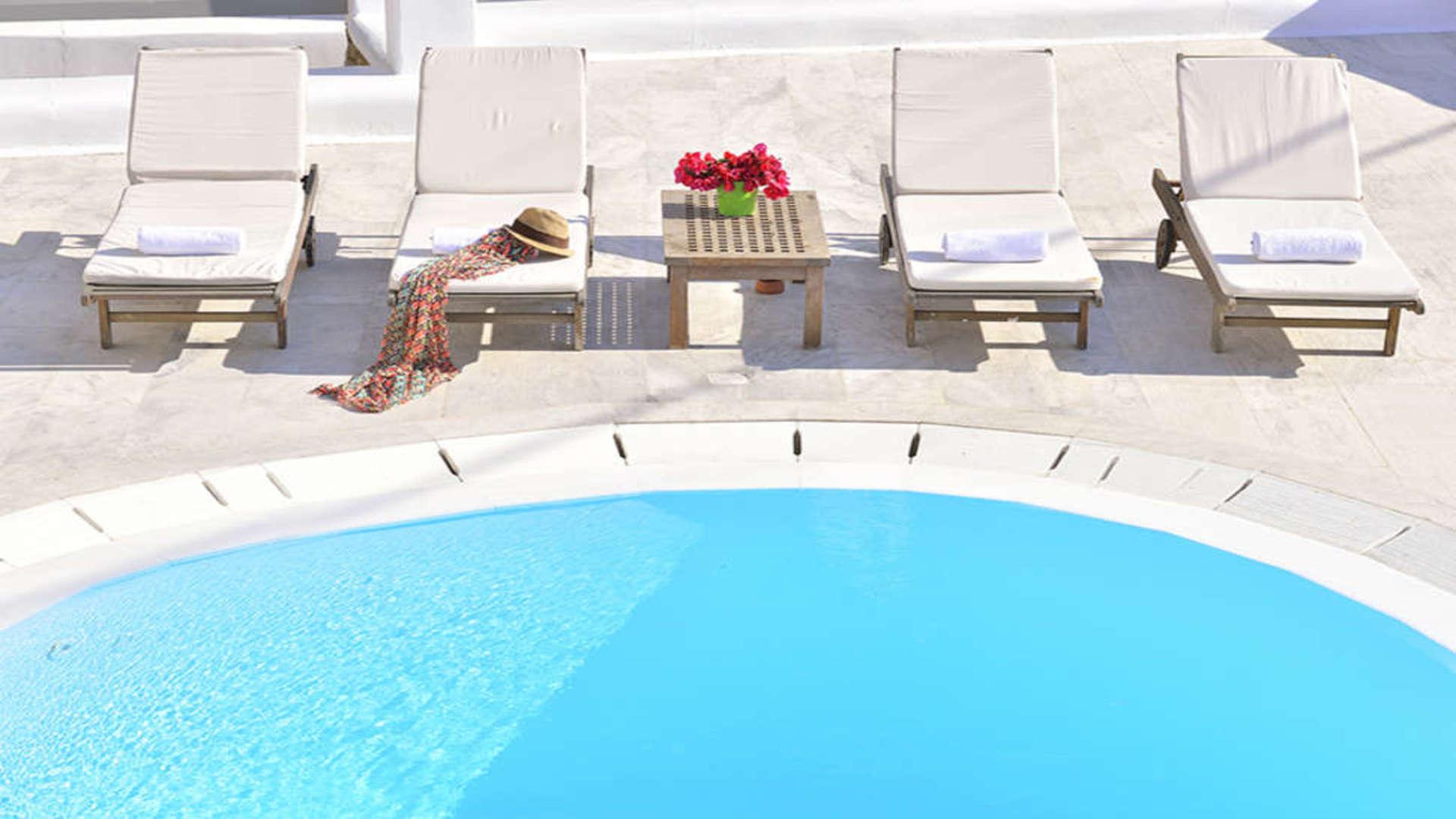 Zwembad en ligstoelen bij Paola's Town Hotel, Mykonos-stad, Mykonos, Griekenland