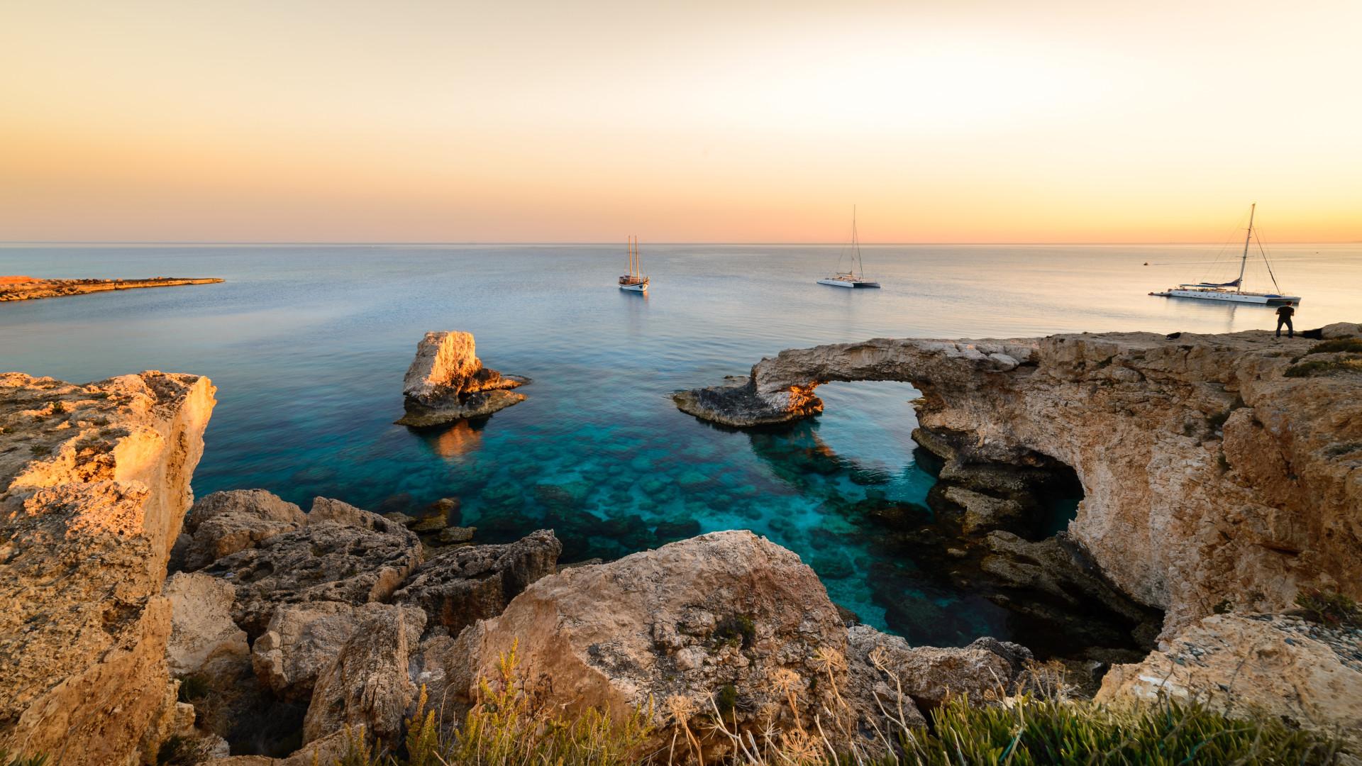 Prachtige zonsondergang aan de kust van Ayia Napa op Cyprus