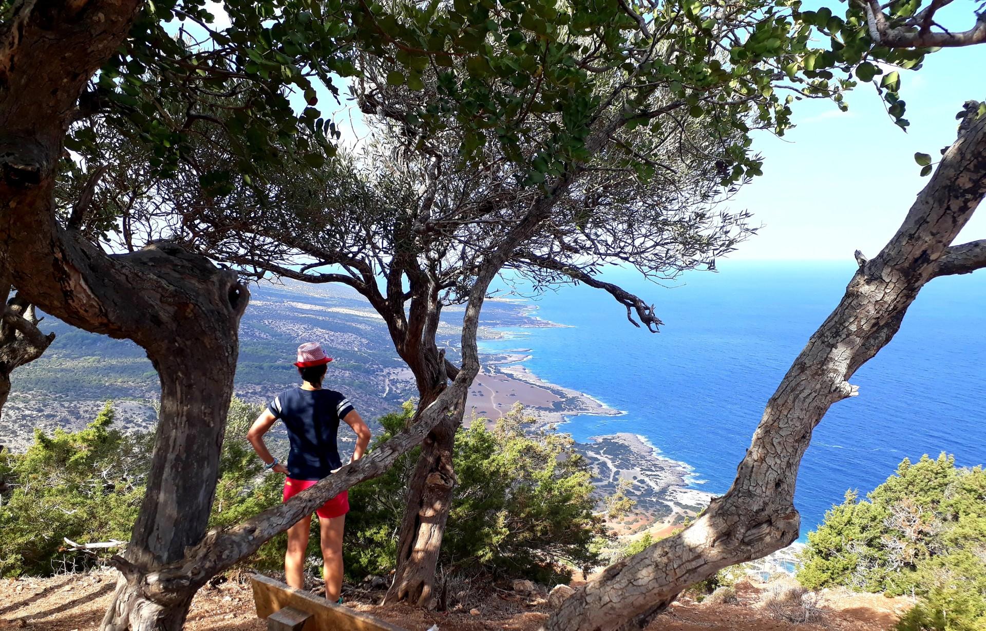 Jacqueline op Aphrodite Trail, uitzicht Akamas, Cyprus
