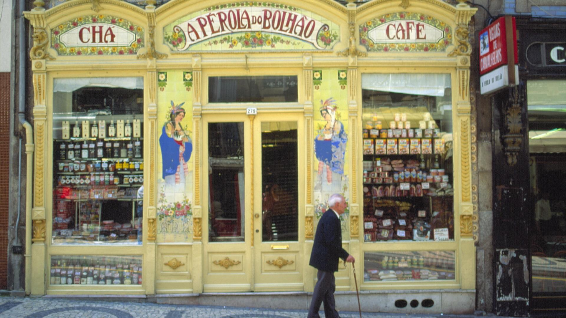 Oude man in Porto, Portugal