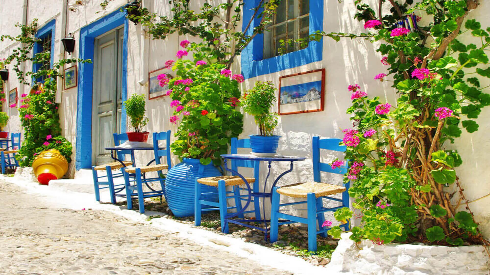 Straatje met blauwe stoeltjes in Kos, Griekenland