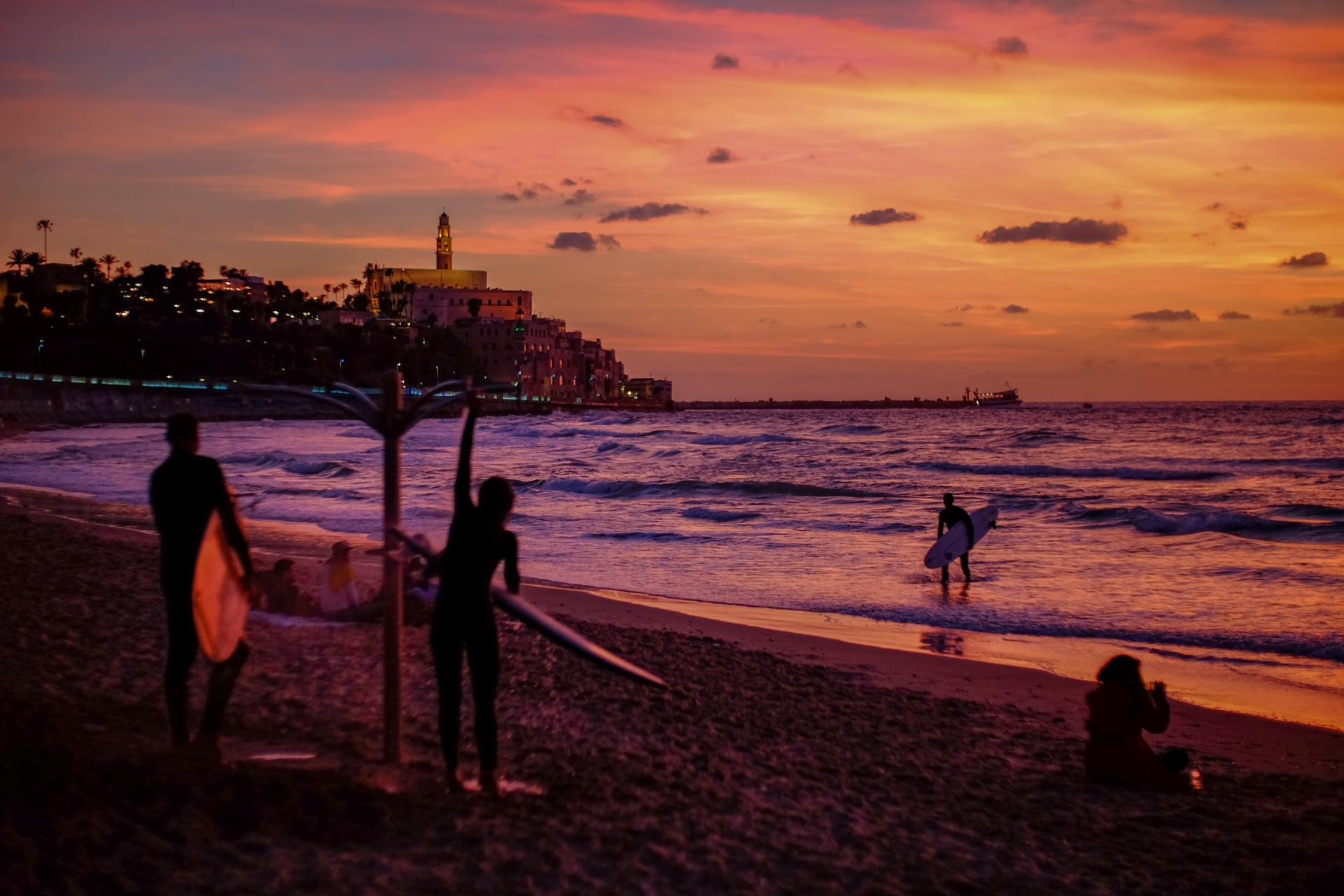 Het strand van Tel Aviv met uitzicht op Jaffa