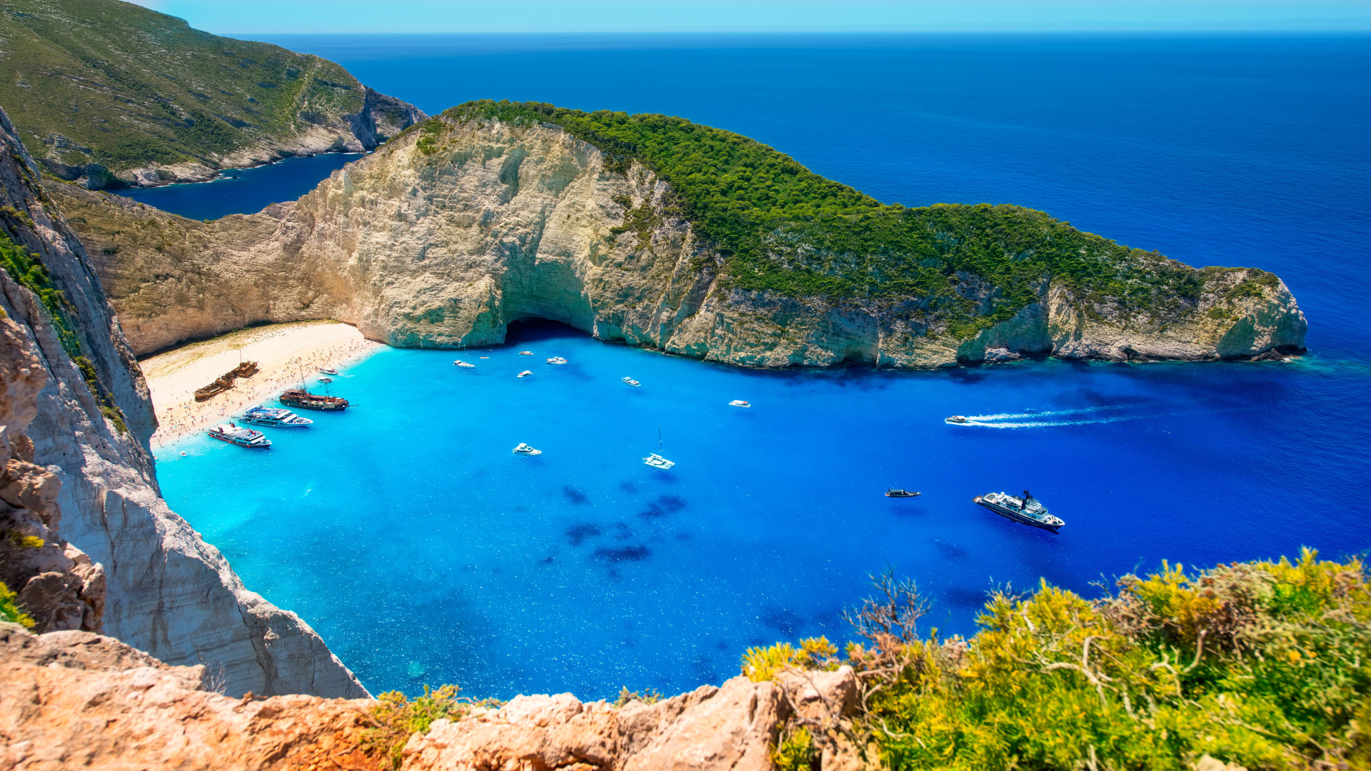 Bay Navagio, Zakynthos, Griekenland, baai met een klein strandje en helderblauw water