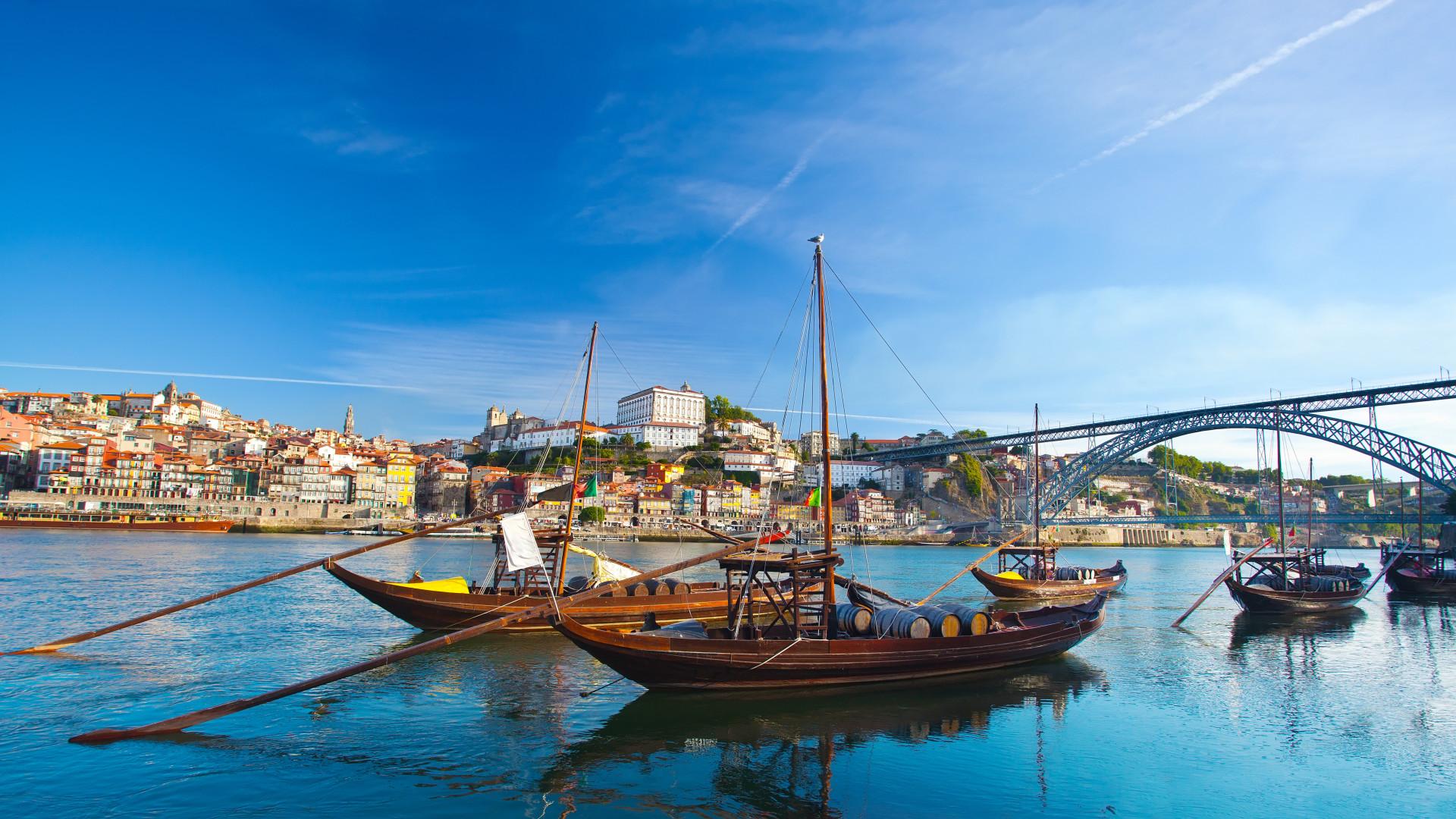 Uitzicht op brug en oude traditionele boten met wijnvaten, Porto, Portugal