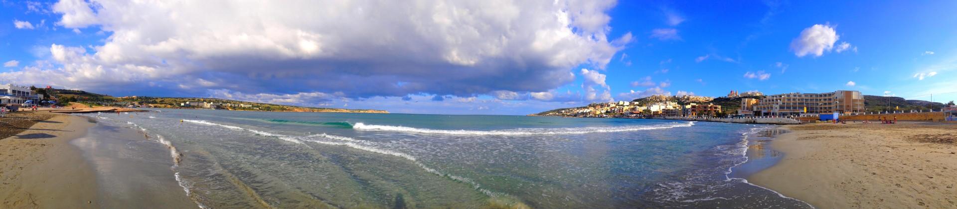 Zee bij Mellieha Bay/Ghadira Bay met stadje op de achtergrond, Mellieha, Malta