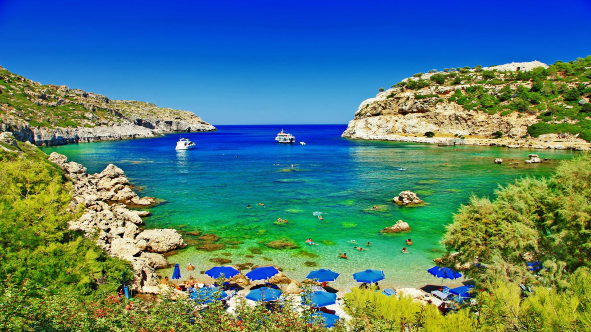Turquoise water bij strand Rhodos, Griekenland