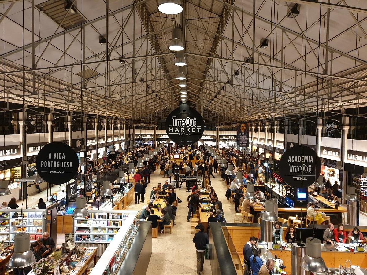De Time Out Market in Lissabon is een gezellige ontmoetingsplek met veel leuke eettentjes.